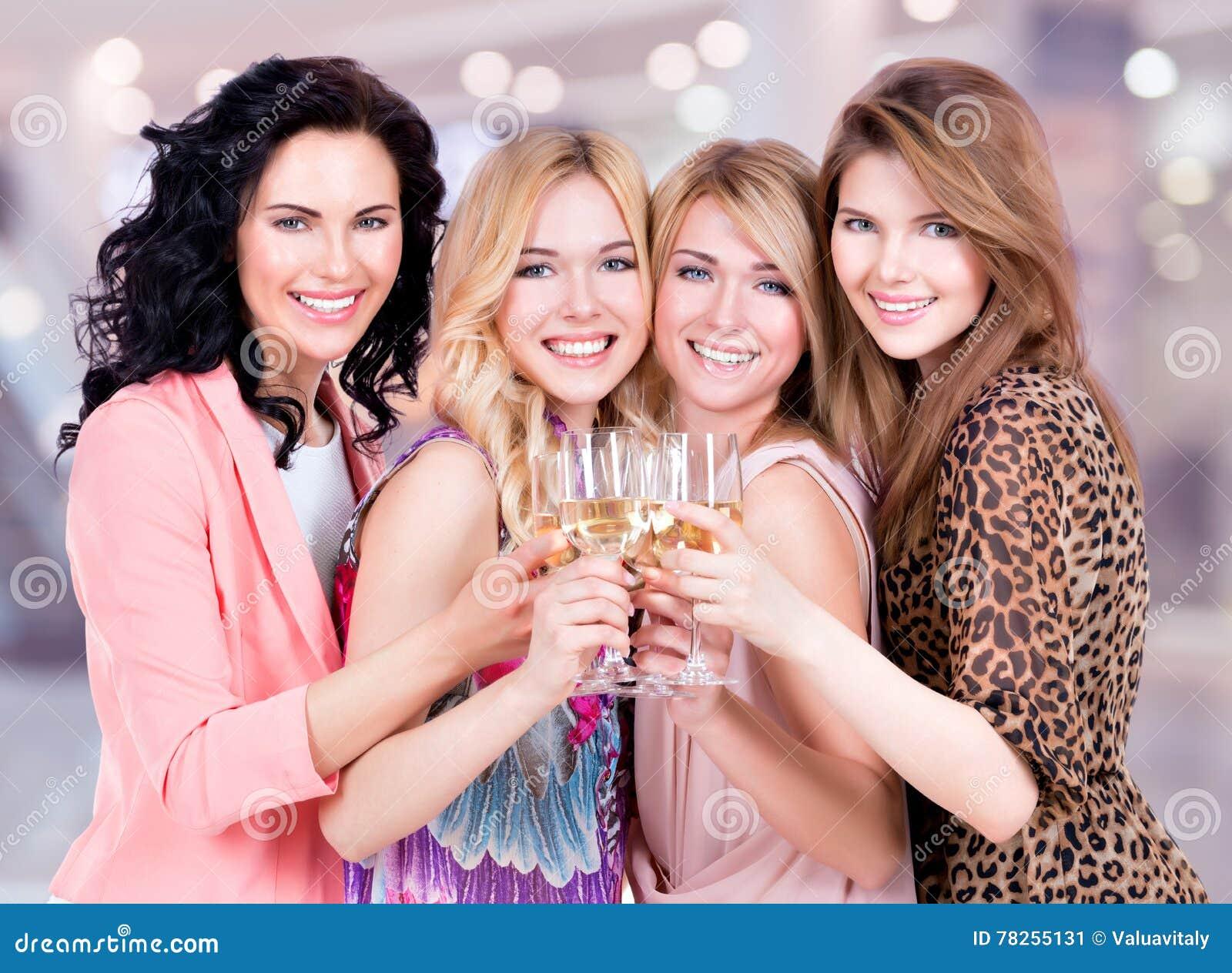 Η ομάδα νέων ευτυχών γυναικών έχει ένα κόμμα