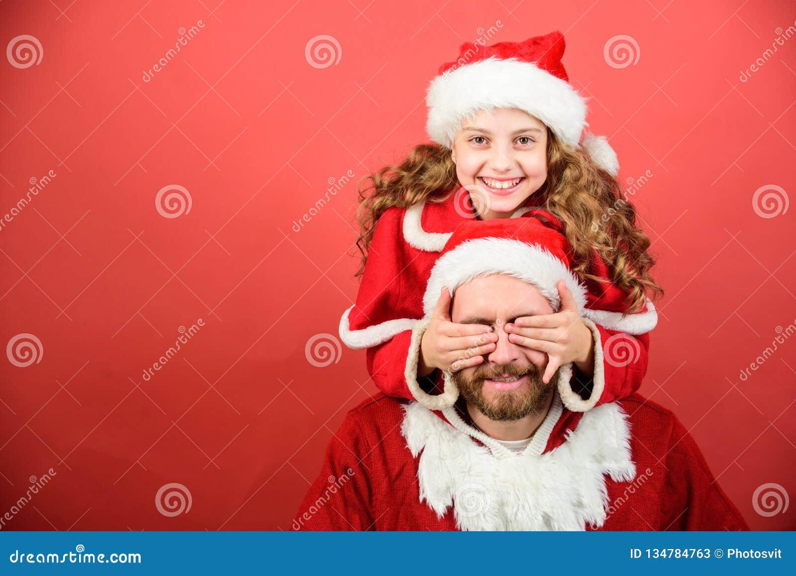 Η πίστη στο santa αποτελεί το μαγικότερο μέρος της παιδικής ηλικίας εικασία που απομονωμένο έννοια αιφνιδιαστικό λευκό Παιδί κορι