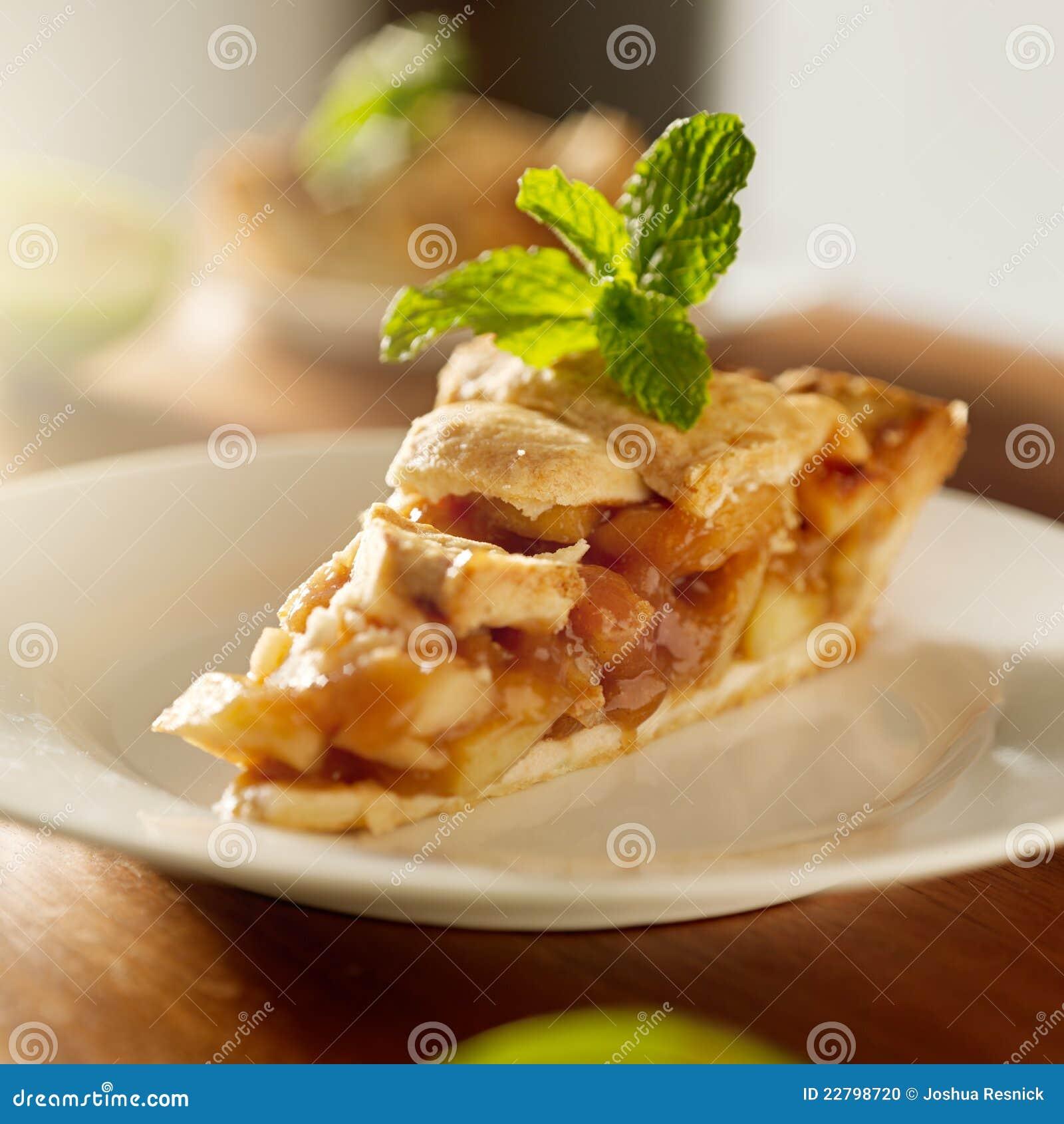 Η πίτα μήλων με τη μέντα διακοσμεί.