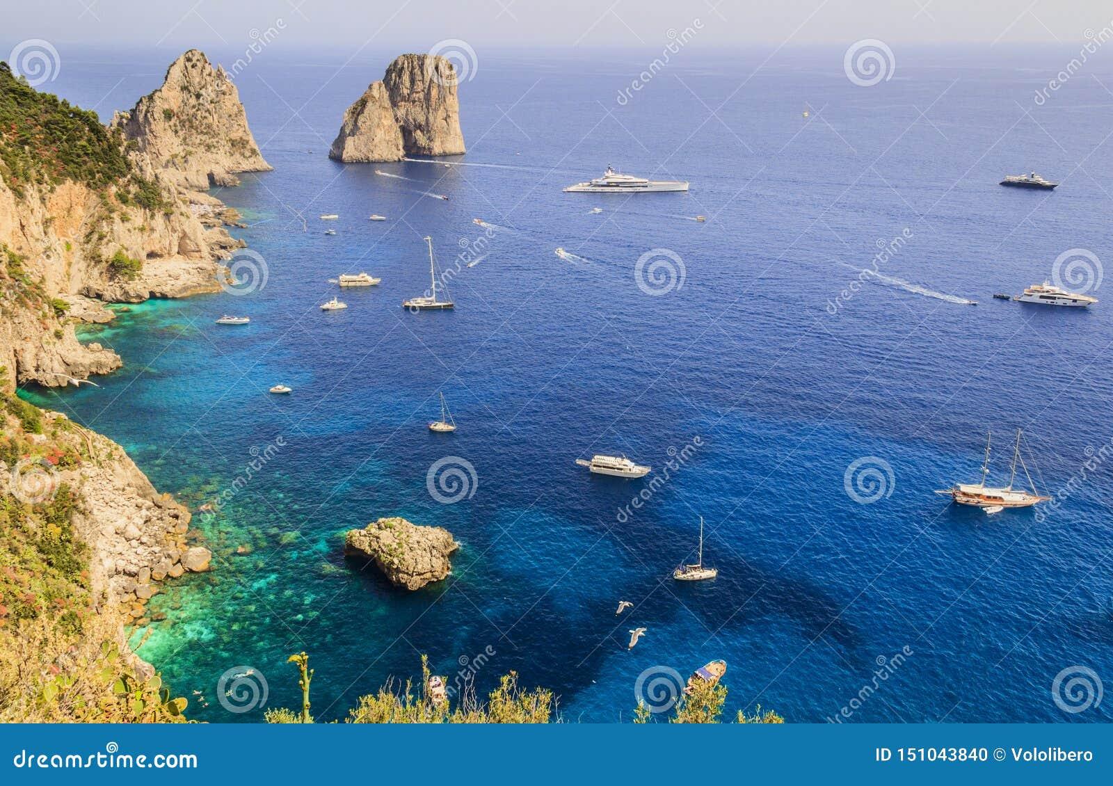 Η πανοραμική άποψη των διάσημων βράχων Faraglioni, οι περισσότεροι επισκέφτηκε την έλξη ταξιδιού του νησιού Capri, Ιταλία