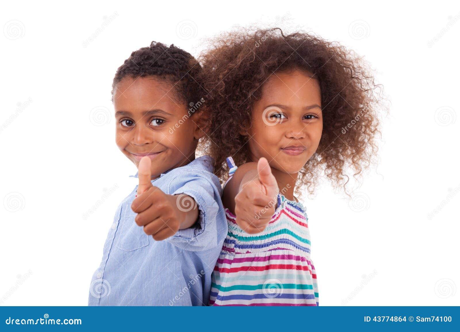 Η παραγωγή αγοριών και κοριτσιών αφροαμερικάνων φυλλομετρεί επάνω τη χειρονομία - μαύρο π