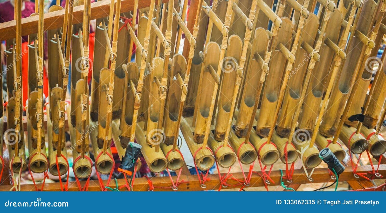 Η παραδοσιακή μουσική της Ινδονησίας Angklung από τη δυτική Ιάβα sunda έκανε από το μπαμπού στην κεντρική Ιάβα