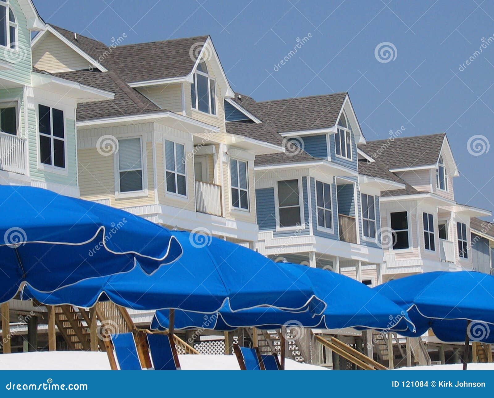 η παραλία στεγάζει τις ομπρέλες