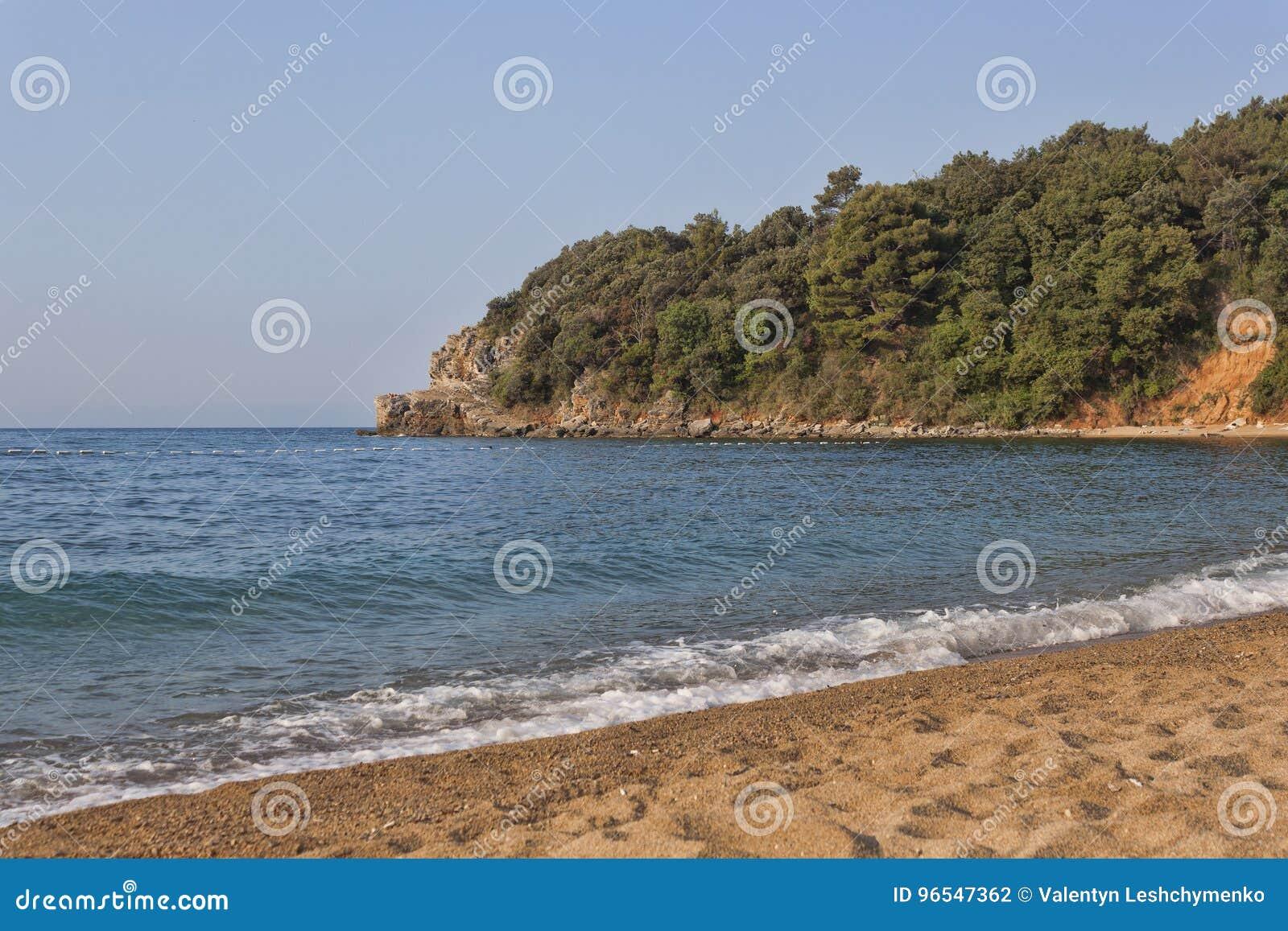 Η παραλία άμμου και χαλικιών Mogren σε Budva