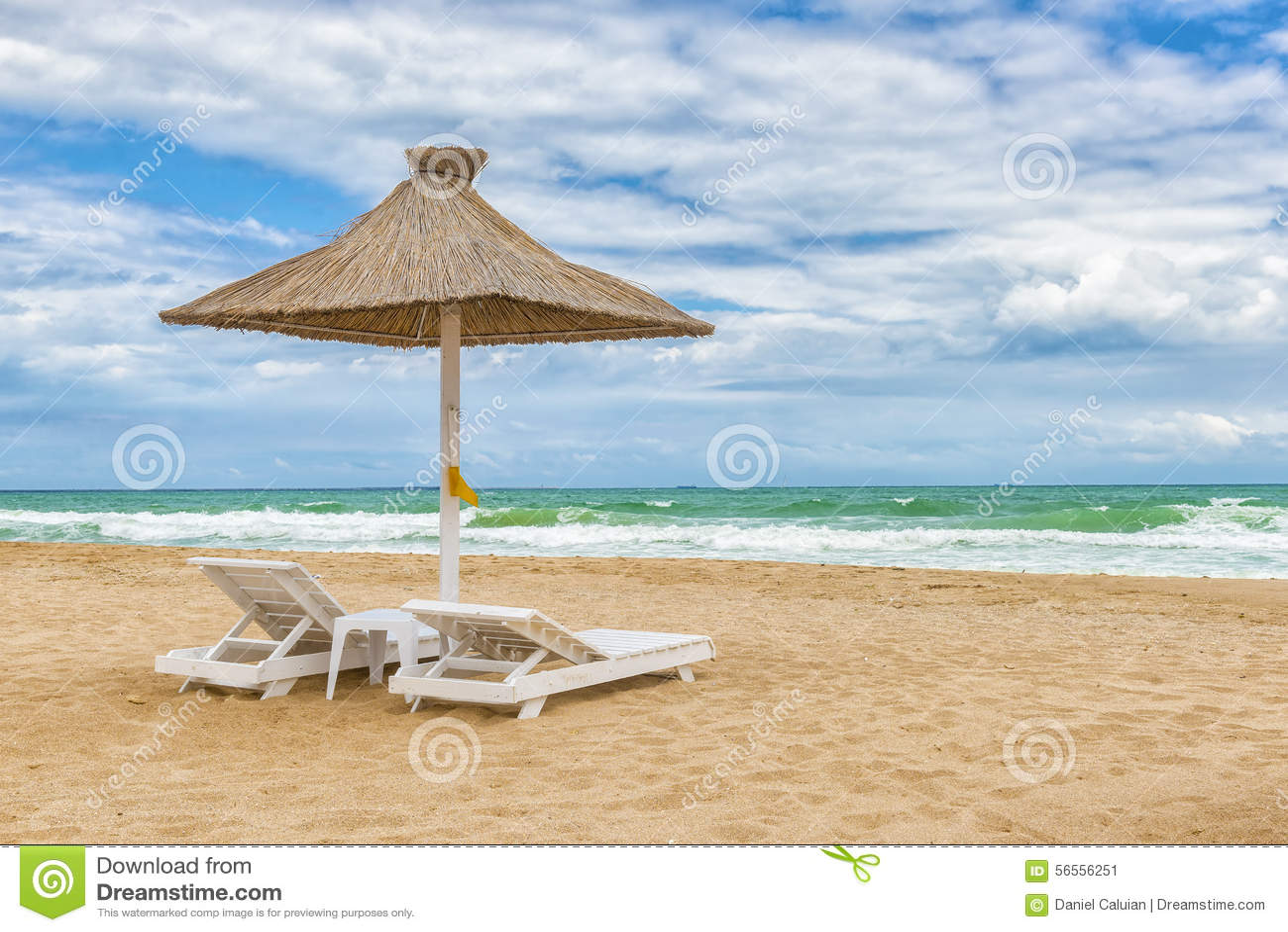 Download Η παραλία Μαύρης Θάλασσας με τις ομπρέλες, λεπτή άμμος, δροσίζει το νερό και το μπλε S Στοκ Εικόνα - εικόνα από χαρά, θέρετρο: 56556251