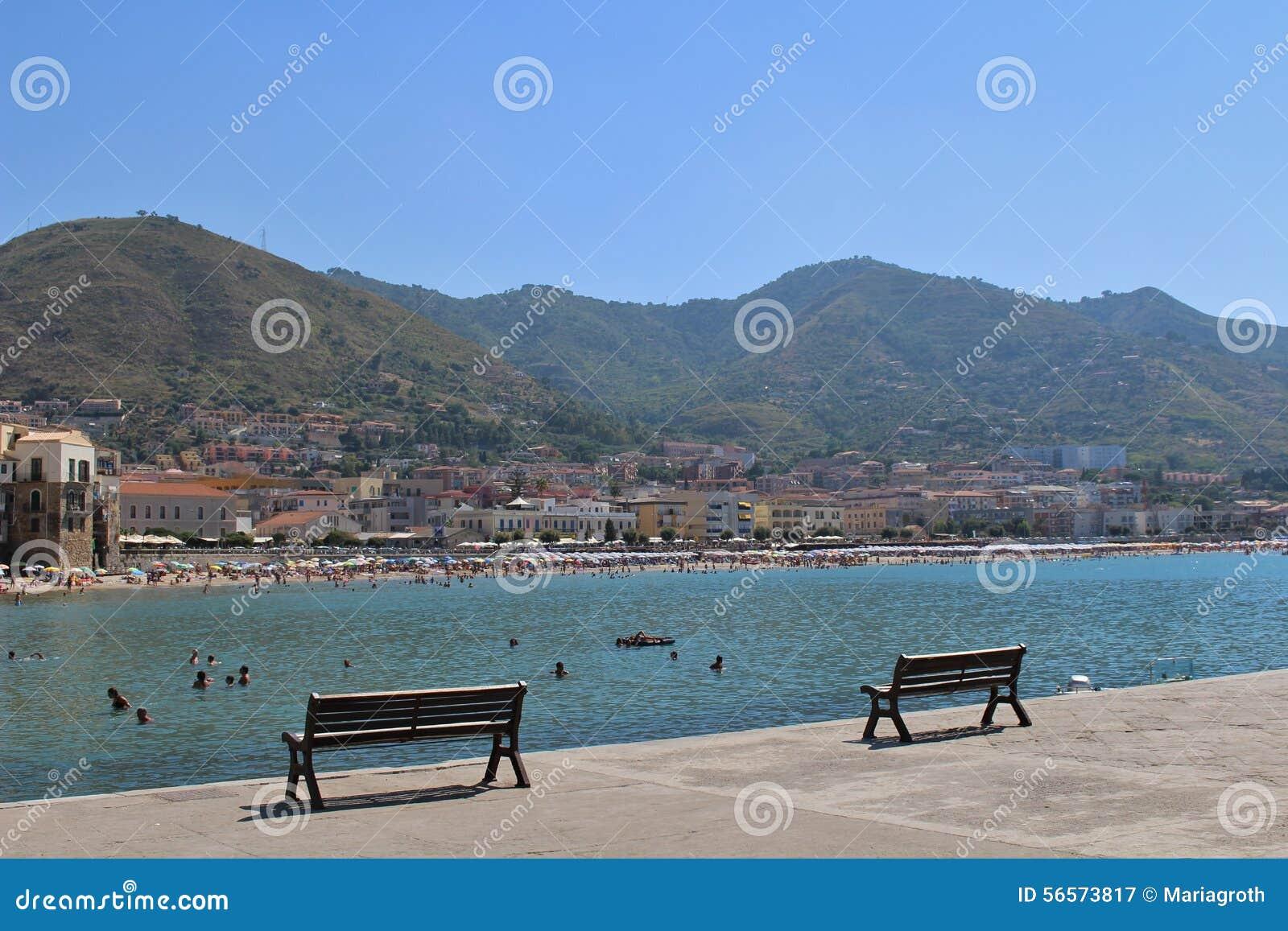 Download Η παραλία σε Cefalà ¹ εκδοτική φωτογραφία. εικόνα από συσσωματωμάτων - 56573817