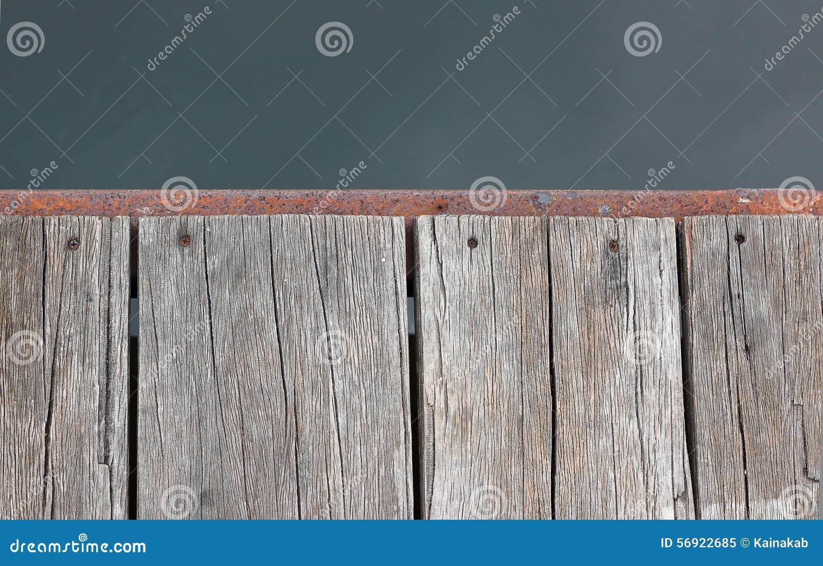 Η παλαιά ξύλινη αποβάθρα στην όχθη ποταμού είναι ενεργός