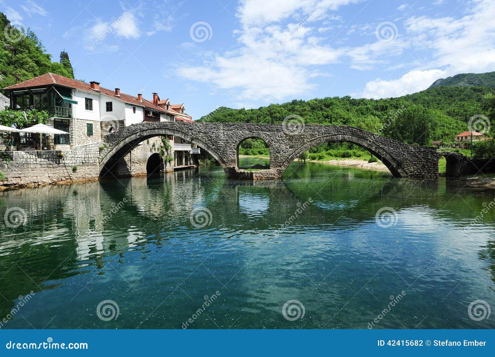 Η παλαιά σχηματισμένη αψίδα γέφυρα πετρών του Rijeka Crnojevica