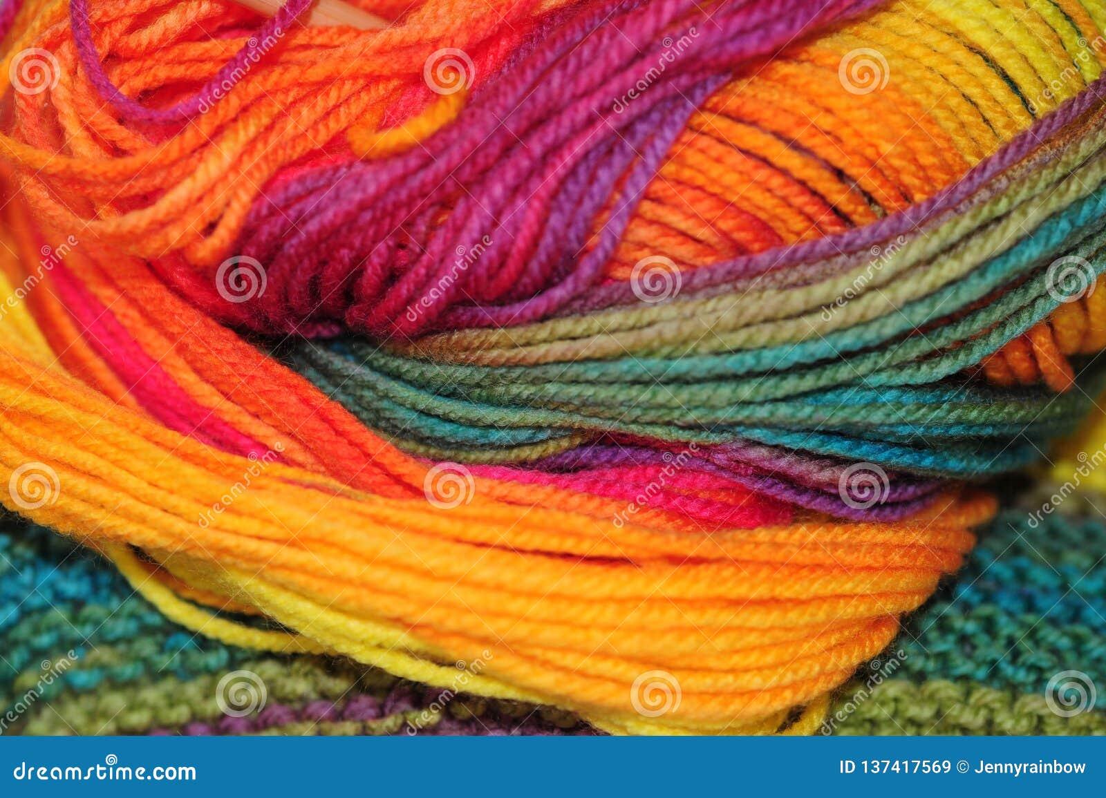 Η περίληψη του ουράνιου τόξου χρωμάτισε τα ακρυλικά πλέκοντας νήματα που τοποθετήθηκαν στο έτοιμο ύφασμα