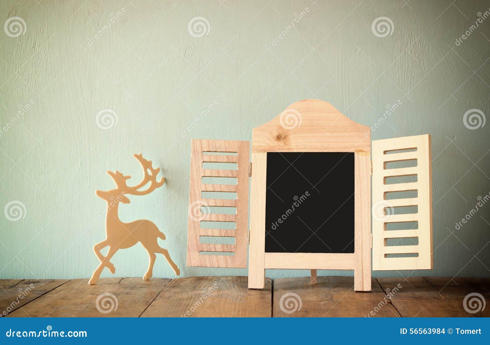 Download Η περίληψη φιλτράρισε τη φωτογραφία του διακοσμητικού πλαισίου πινάκων κιμωλίας και των ξύλινων ελαφιών πέρα από τον ξύλινο πίνακ Στοκ Εικόνες - εικόνα από ήπια, οικογένεια: 56563984