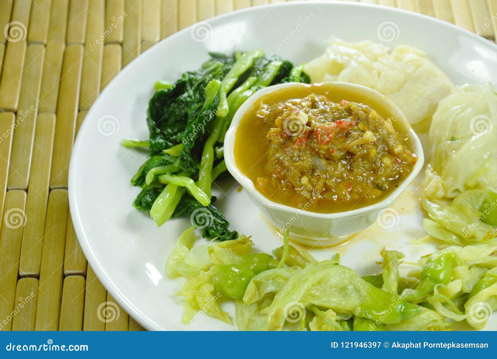 Η πεταλοειδής κόλλα τσίλι καβουριών τρώει το ζεύγος με βρασμένο το ποικιλία λαχανικό στο πιάτο