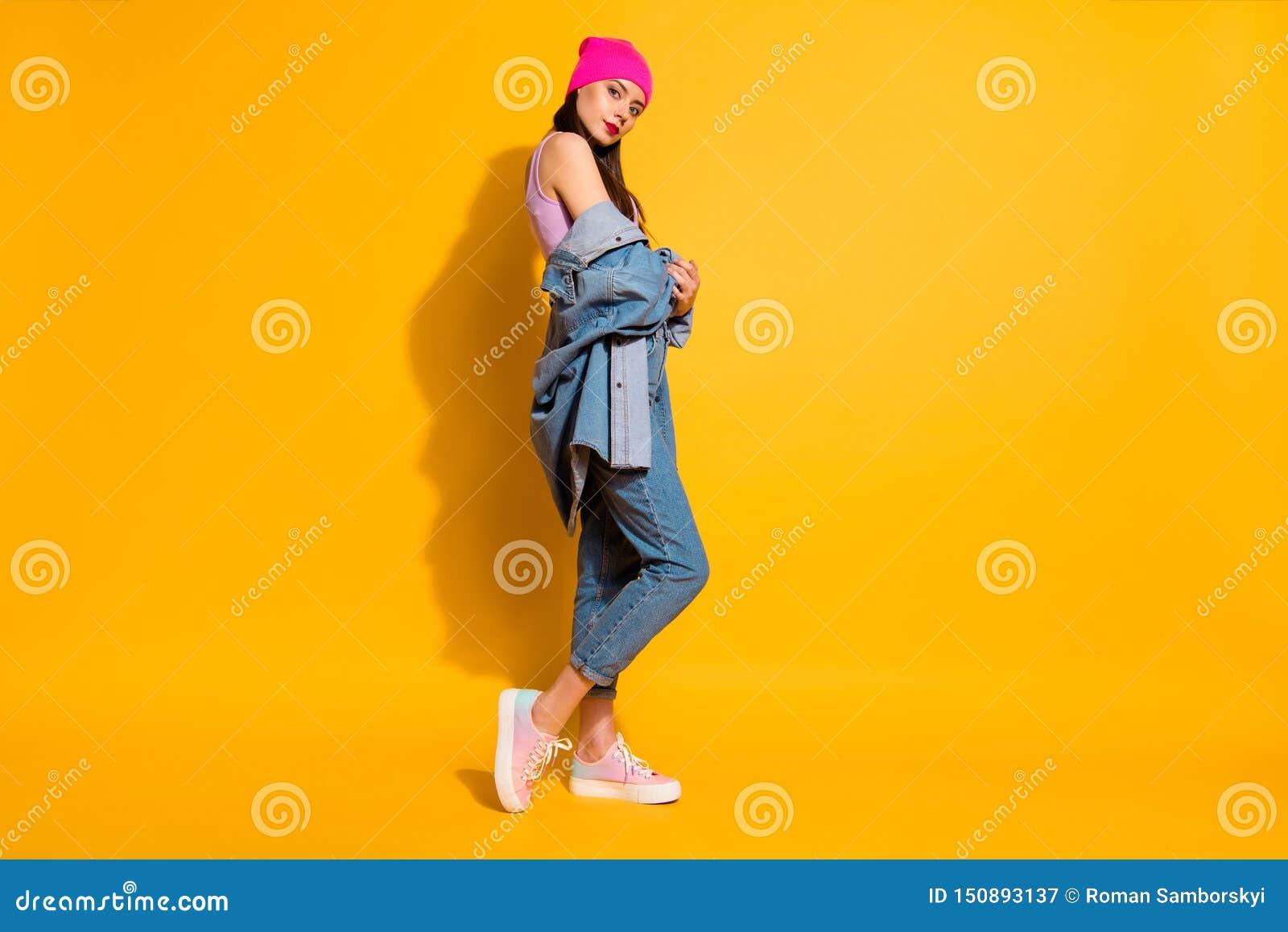 Η πλήρης lngth σωμάτων φωτογραφία άποψης γωνίας μεγέθους χαμηλή των συγκεντρωμένων τζιν τζιν χεριών γυναικείας λαβής ντύνει όμορφ