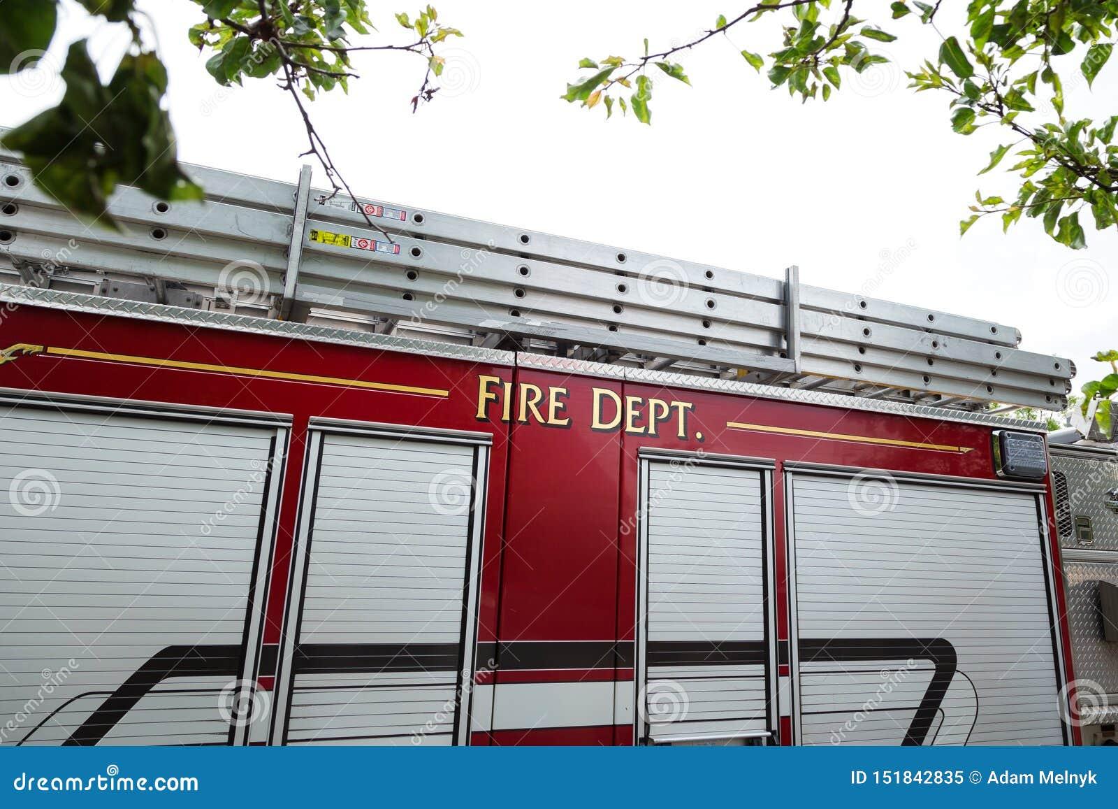 Η πλευρά ενός κόκκινου πυροσβεστικού οχήματος με την πυροσβεστική υπηρεσία που γράφεται στην πλευρά