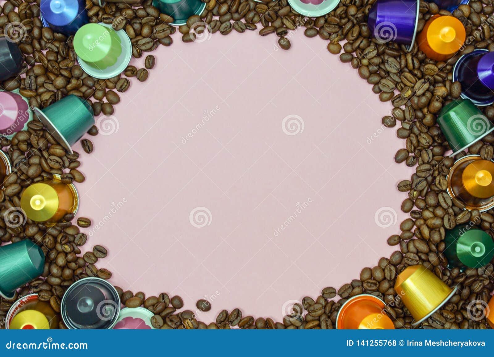 Η πολύχρωμη κάψα λοβών καφέ στα φασόλια καφέ κλείνει επάνω Διάστημα για το κείμενο
