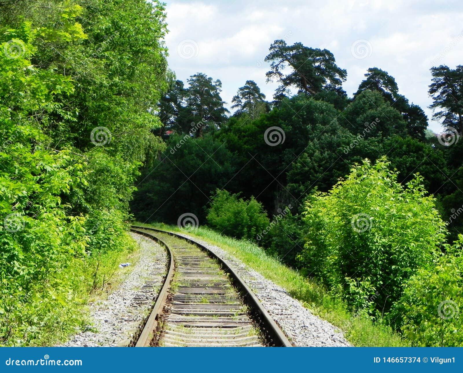 Η πορεία του σιδηροδρόμου Τα περάσματα σιδηροδρόμων μέσω των όμορφων τοπίων r