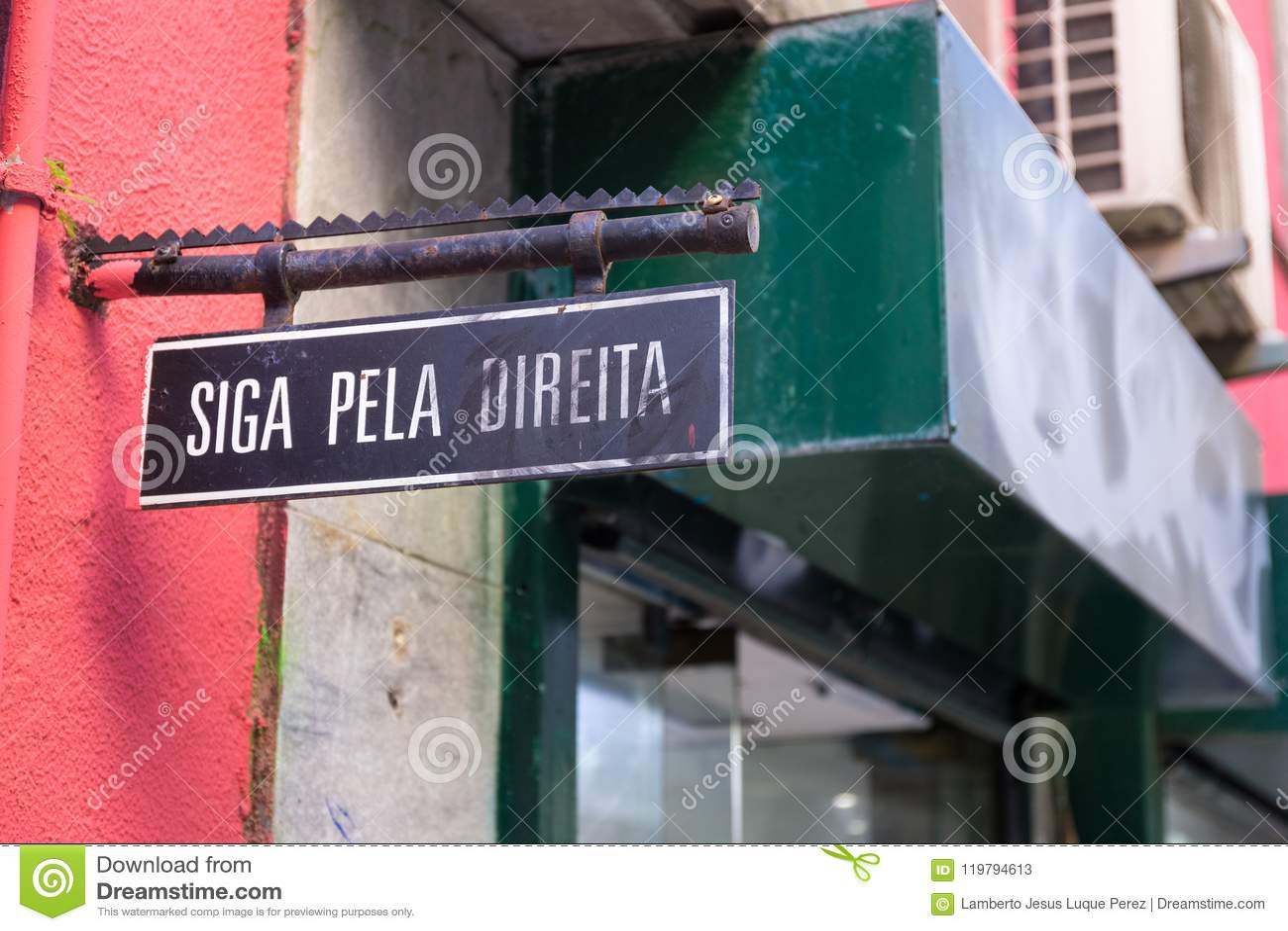 Η πορτογαλική αφίσσα κρατά δεξιά