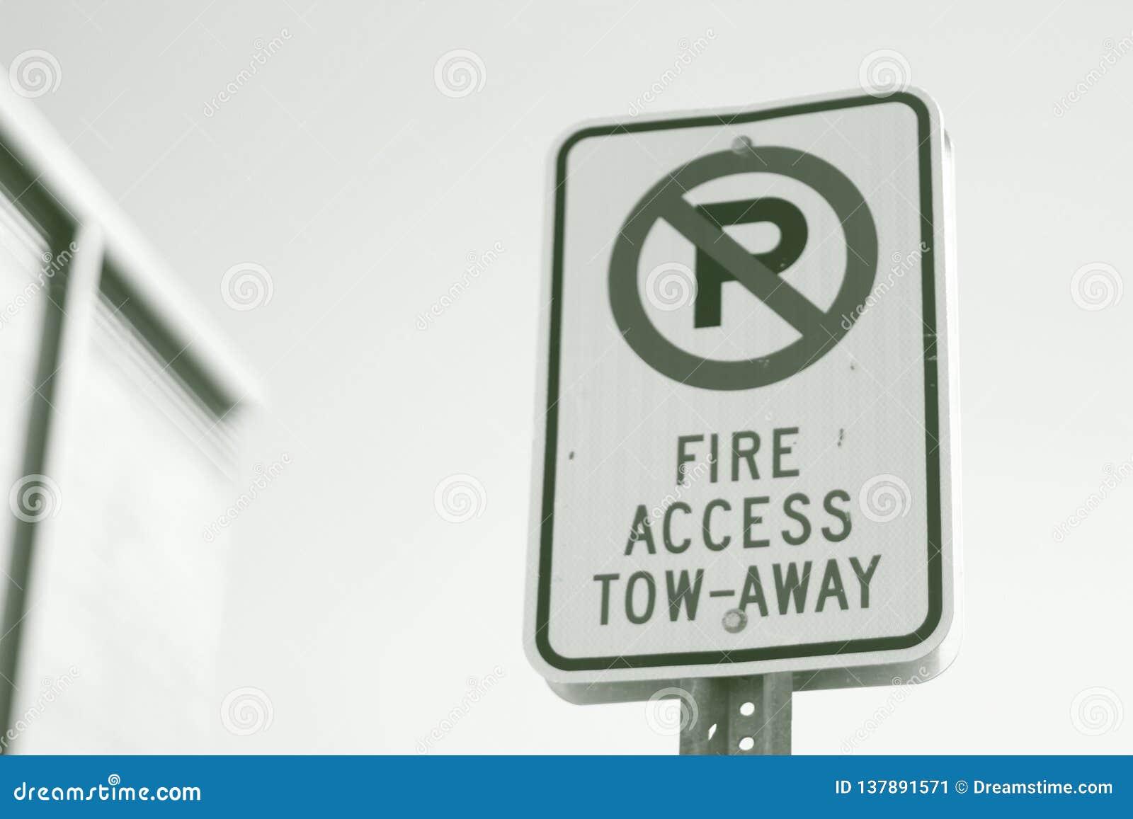 Η πρόσβαση πυρκαγιάς σημαδιών οδών δεν ρυμουλκεί μακριά κανέναν χώρο στάθμευσης