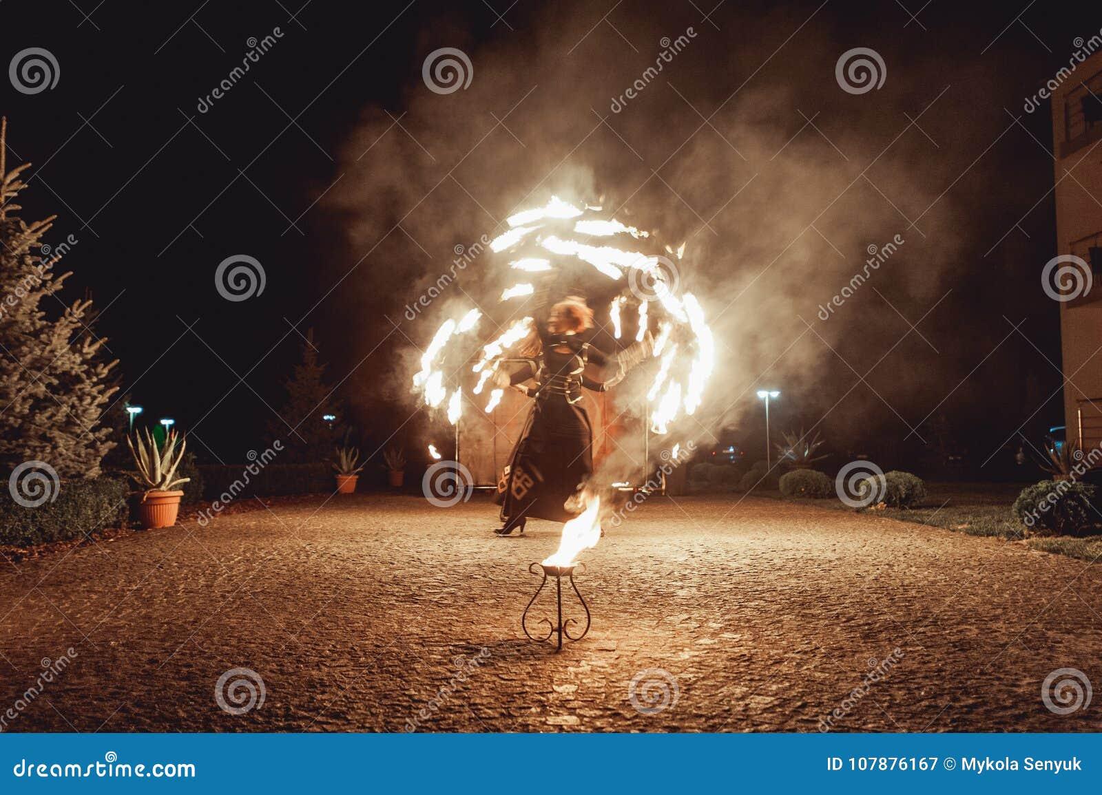 Η πυρκαγιά που χορεύει παρουσιάζει τη νύχτα Η καταπληκτική πυρκαγιά παρουσιάζει ως τμήμα της γαμήλιας τελετής