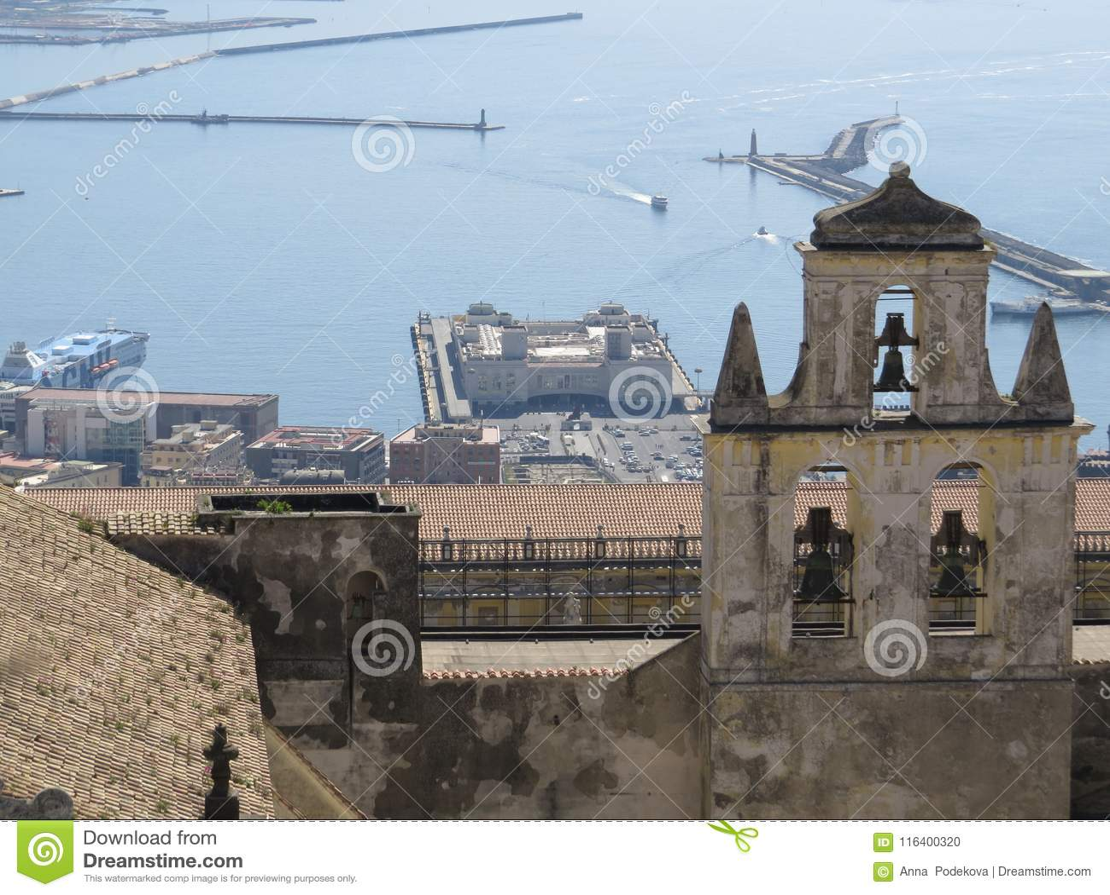 Η πόλη της Νάπολης άνωθεν Napoli Ιταλία Ηφαίστειο του Βεζούβιου πίσω