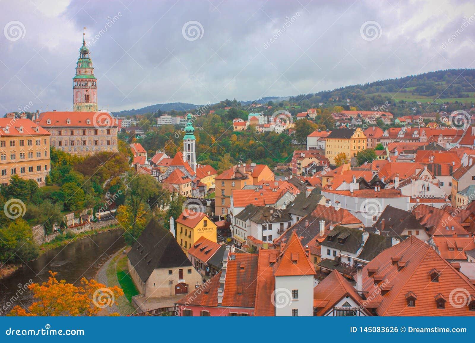 Η πόλη του 5$α  eskà ½ Krumlov η κάμψη του ποταμού Vltava, ο οποίος μοιάζει με το
