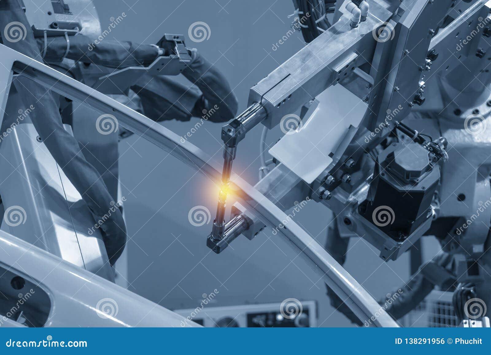 Η ρομποτική μηχανή συγκόλλησης που ενώνει στενά τα αυτοκίνητα μέρη