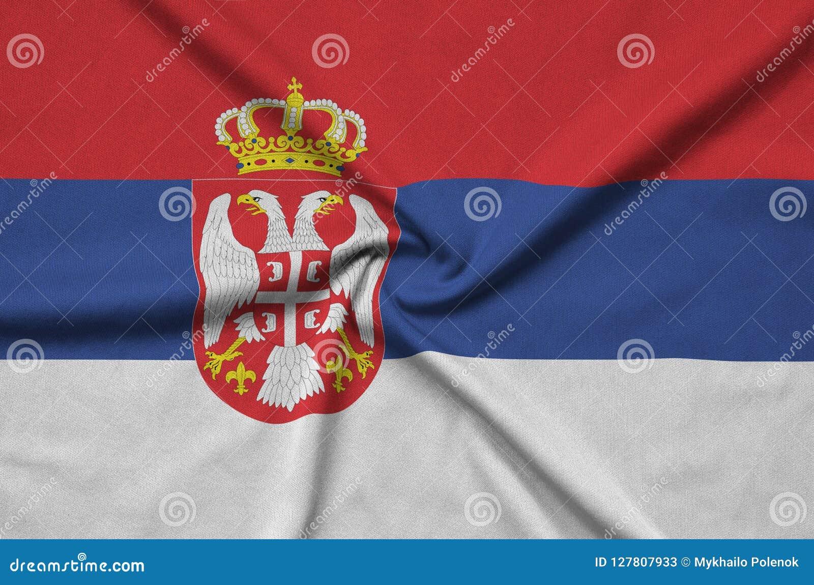 Η σημαία της Σερβίας απεικονίζεται σε ένα ύφασμα αθλητικών υφασμάτων με πολλές πτυχές Έμβλημα αθλητικών ομάδων