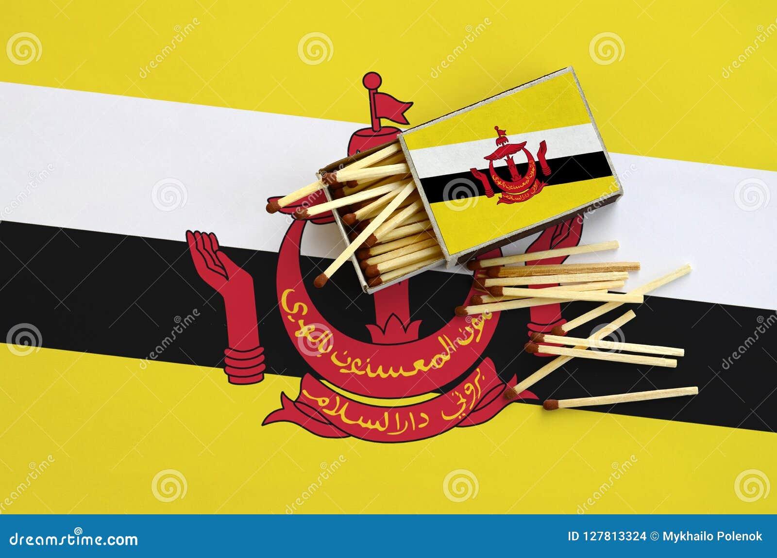 Η σημαία του Μπρουνέι Darussalam παρουσιάζεται σε ένα ανοικτό σπιρτόκουτο, από το οποίο διάφορες αντιστοιχίες αφορούν και βρίσκον