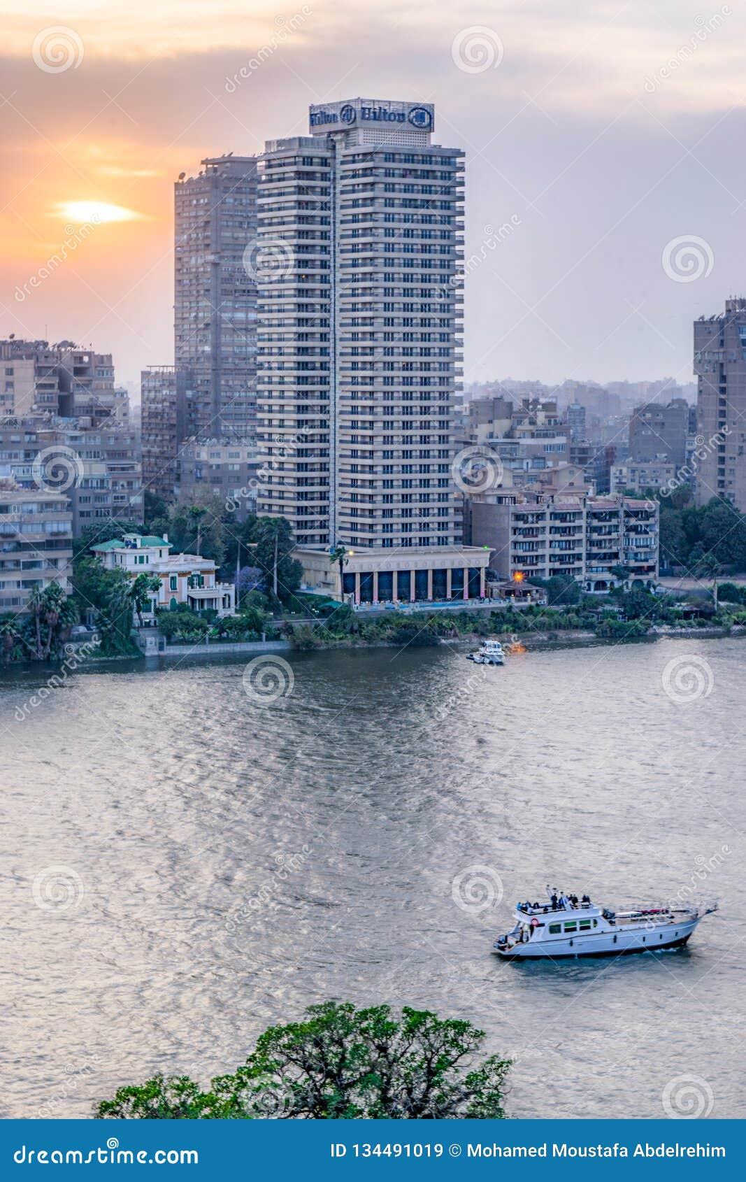 Η σκηνή ηλιοβασιλέματος από το Κάιρο στην Αίγυπτο παρουσιάζει το Νείλο και sailboat