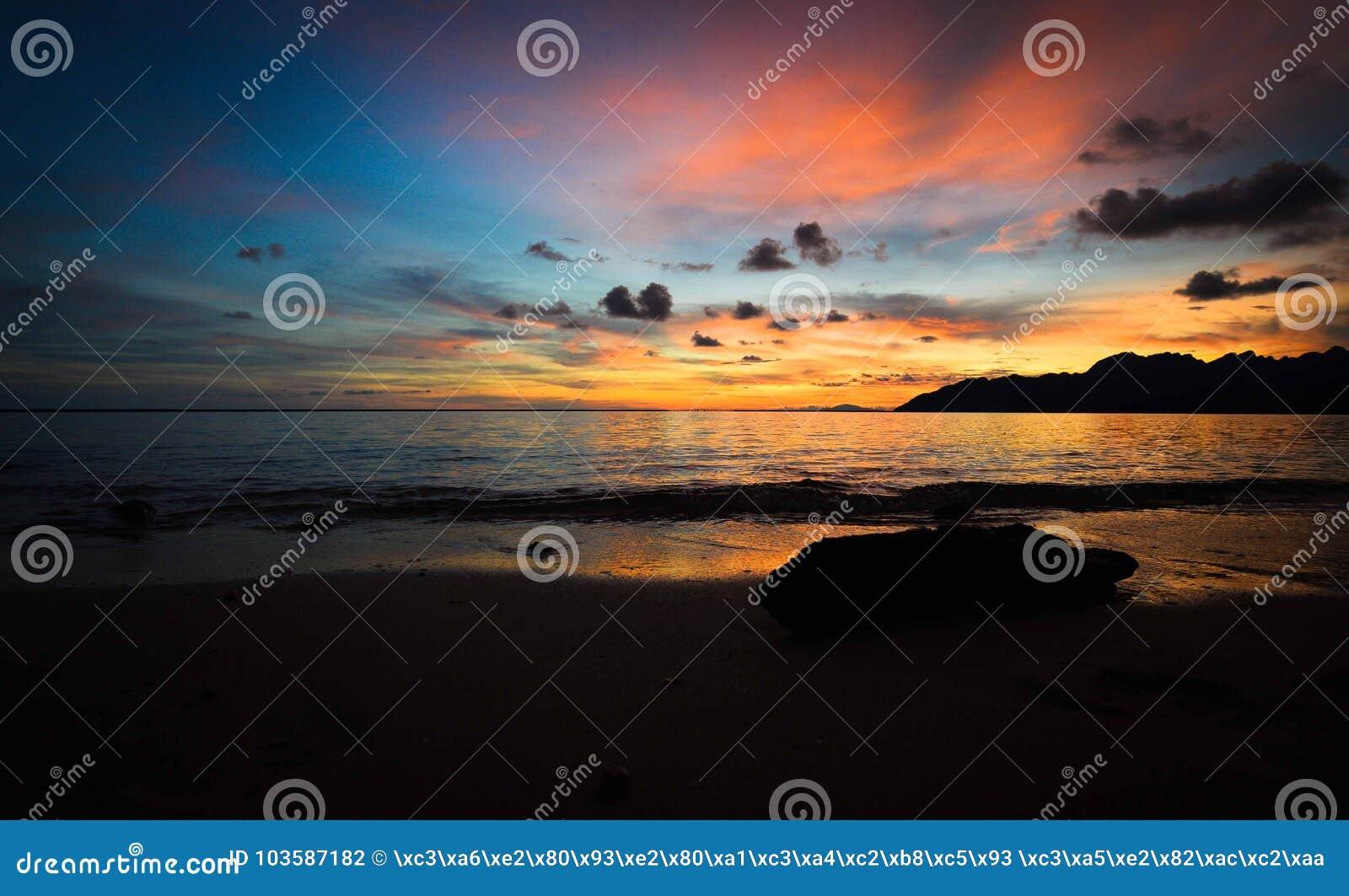 Η σκιαγραφία του ηλιοβασιλέματος παραλιών