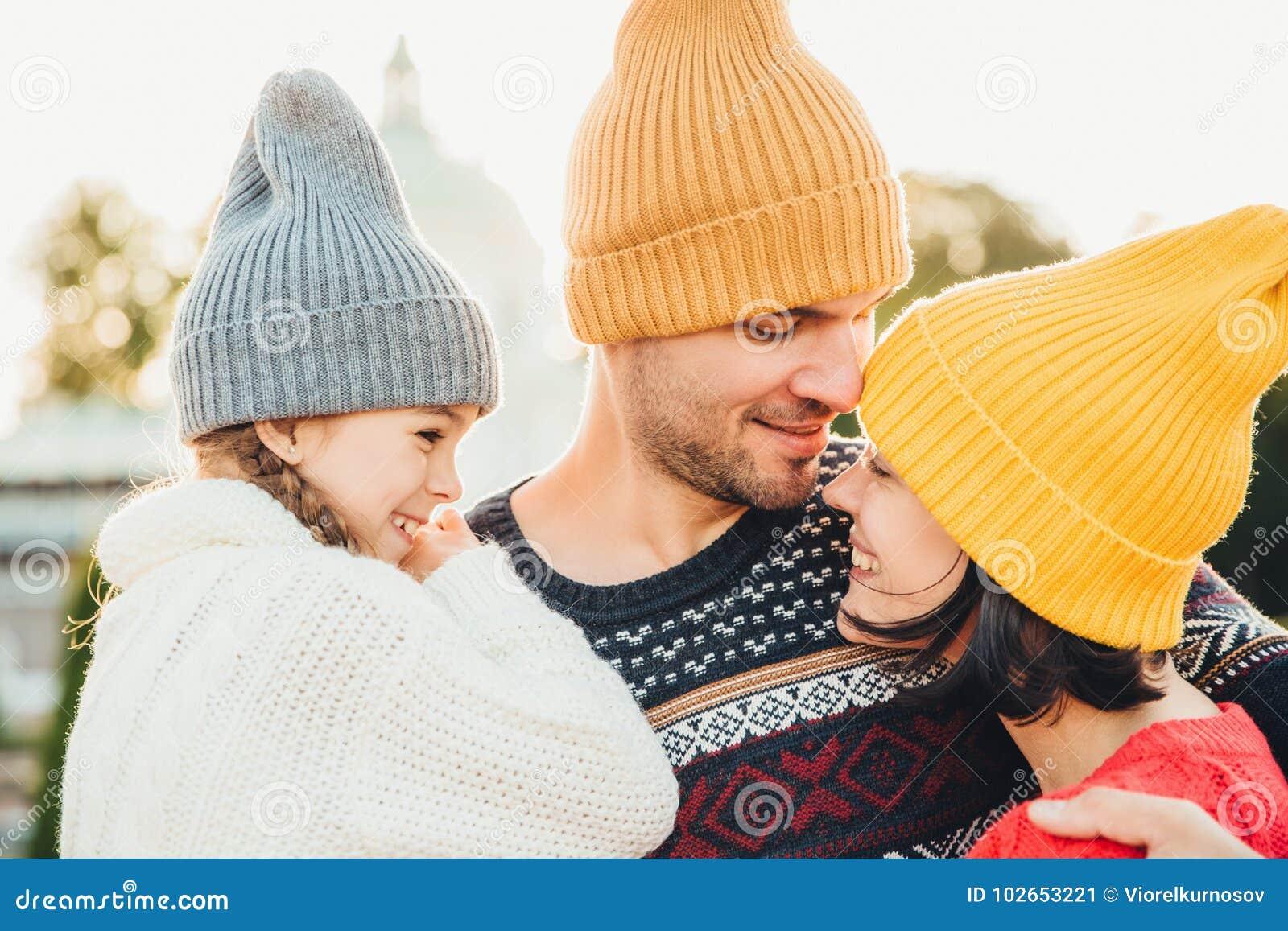 Η στάση τριών οικογενειακών μελών η μια κοντά στην άλλη, κοιτάζει με το σύνολο ματιών της αγάπης και η ευτυχία, απολαμβάνει τις ε