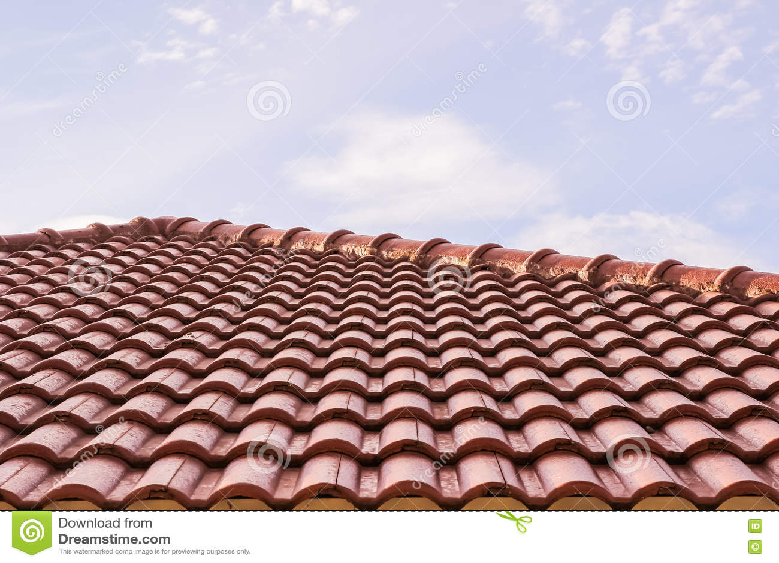 Η στέγη κεραμώνει την οριζόντια άποψη ενάντια στο μπλε ουρανό