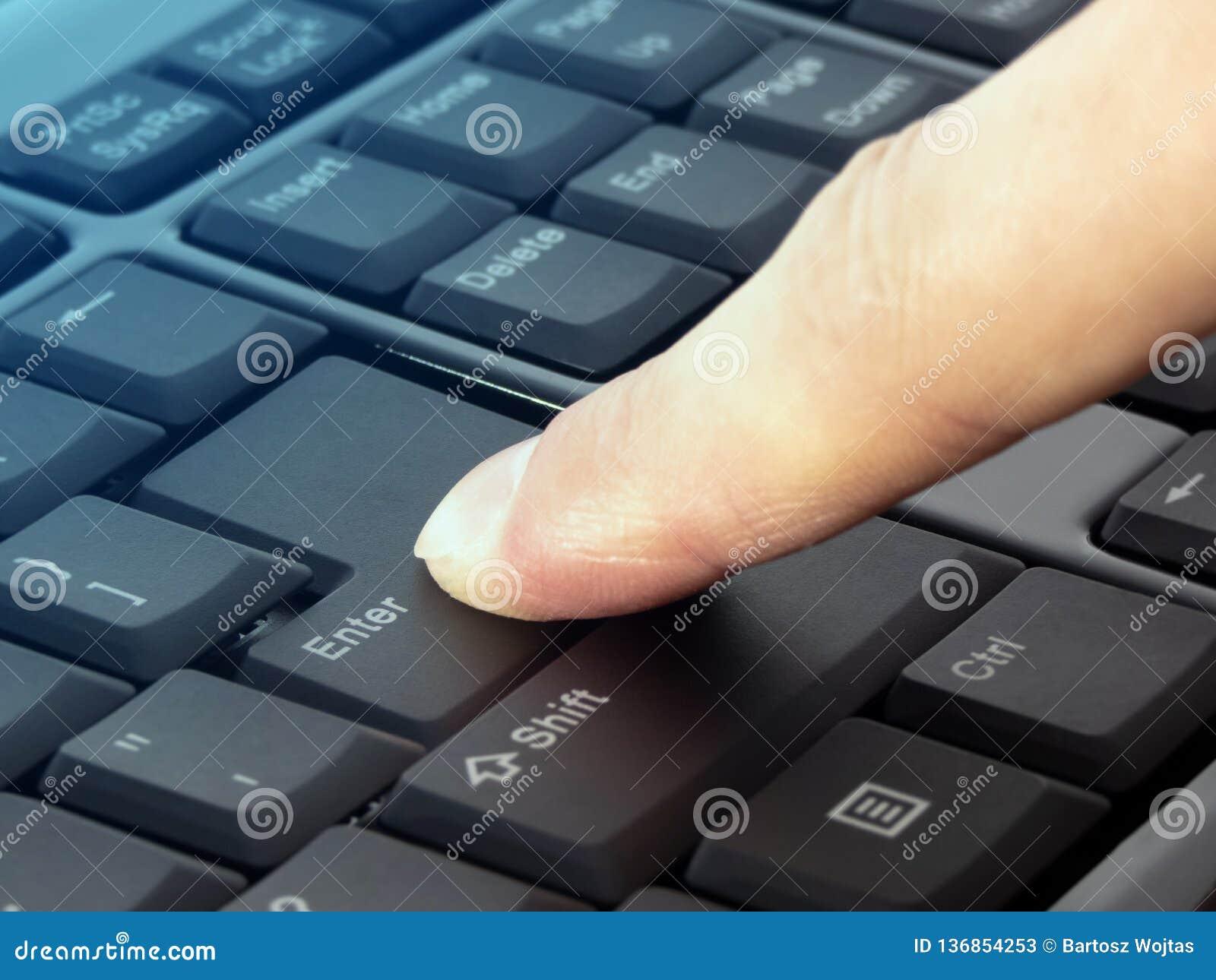 Η συμπίεση δάχτυλων εισάγει το κουμπί στο μαύρο πληκτρολόγιο