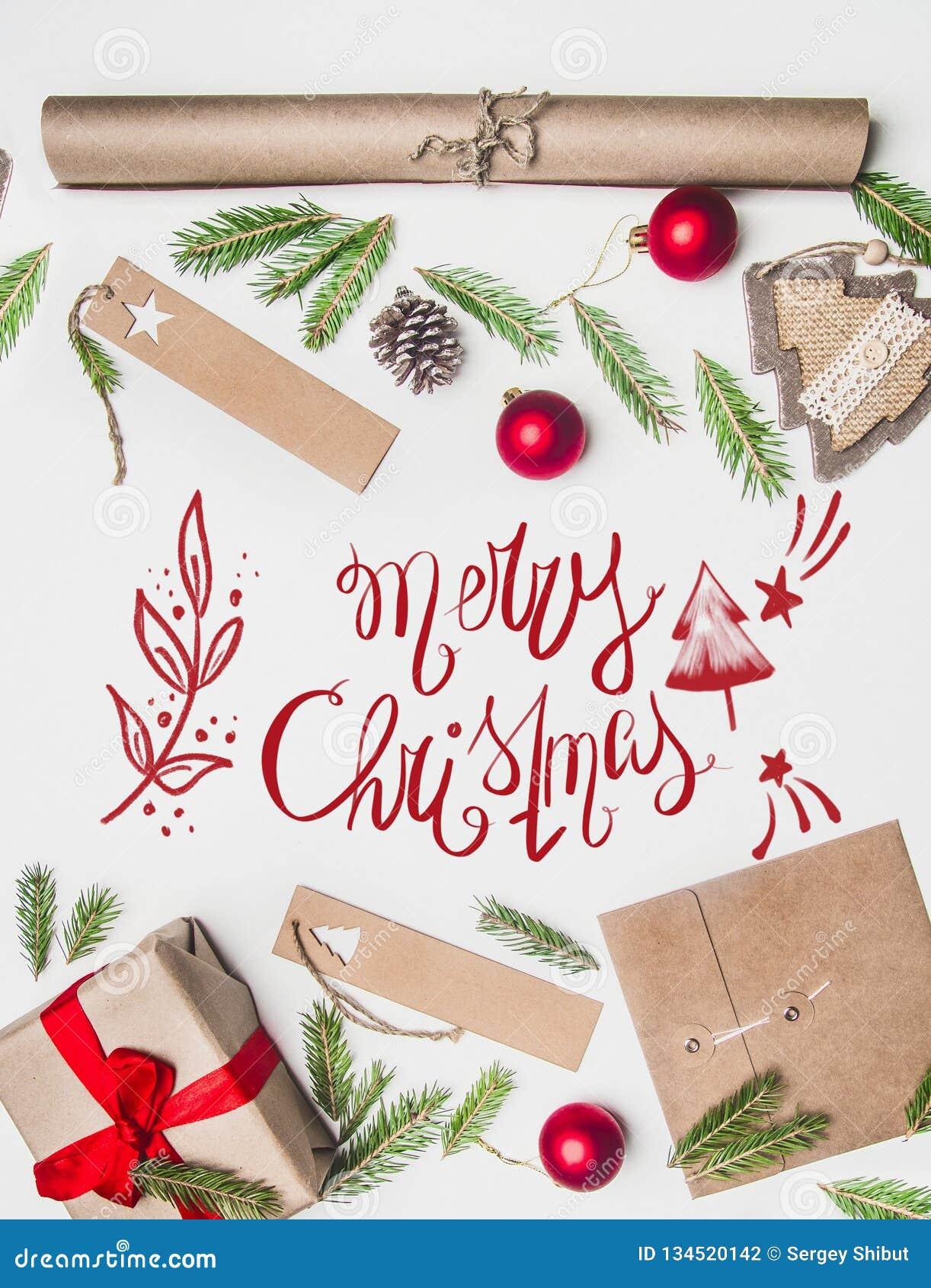 Η συναυλία του νέου έτους, τυλιγμένο δώρο, τυλίγοντας έγγραφο, χριστουγεννιάτικο δέντρο διακλαδίζεται και παιχνίδια σε ένα άσπρο