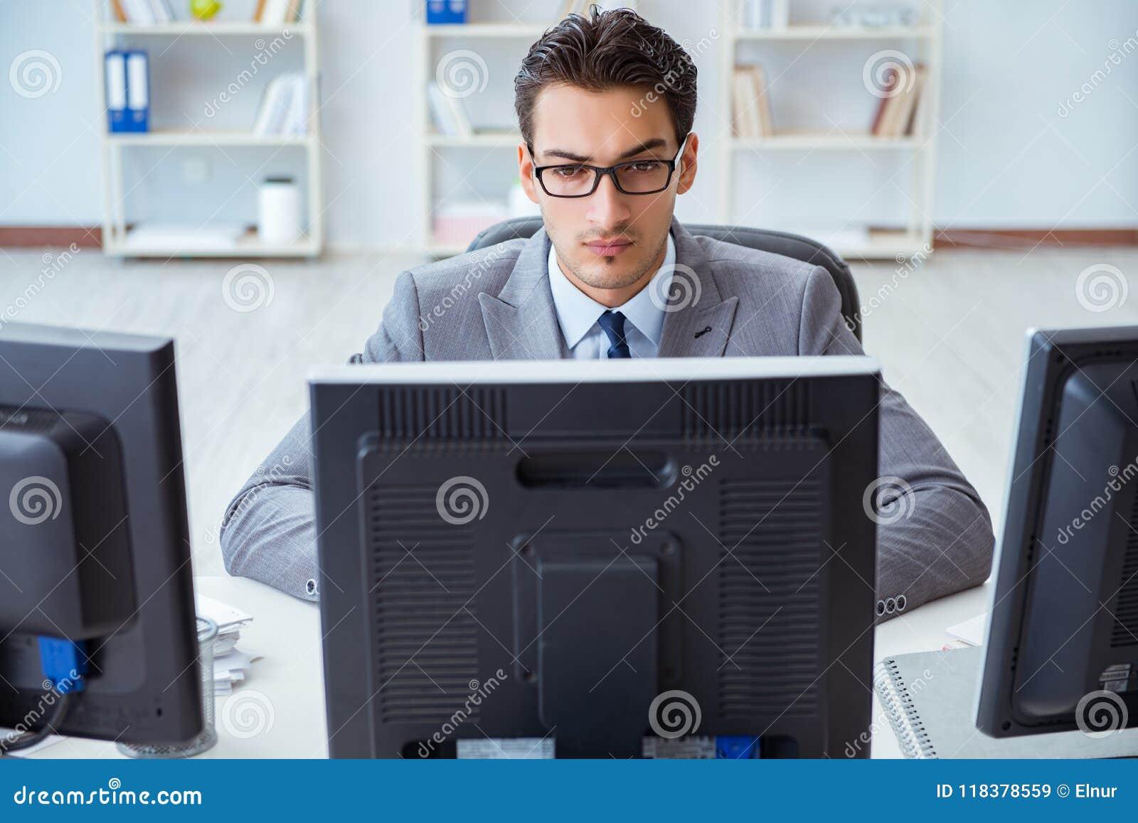 Η συνεδρίαση επιχειρηματιών μπροστά από πολλές οθόνες