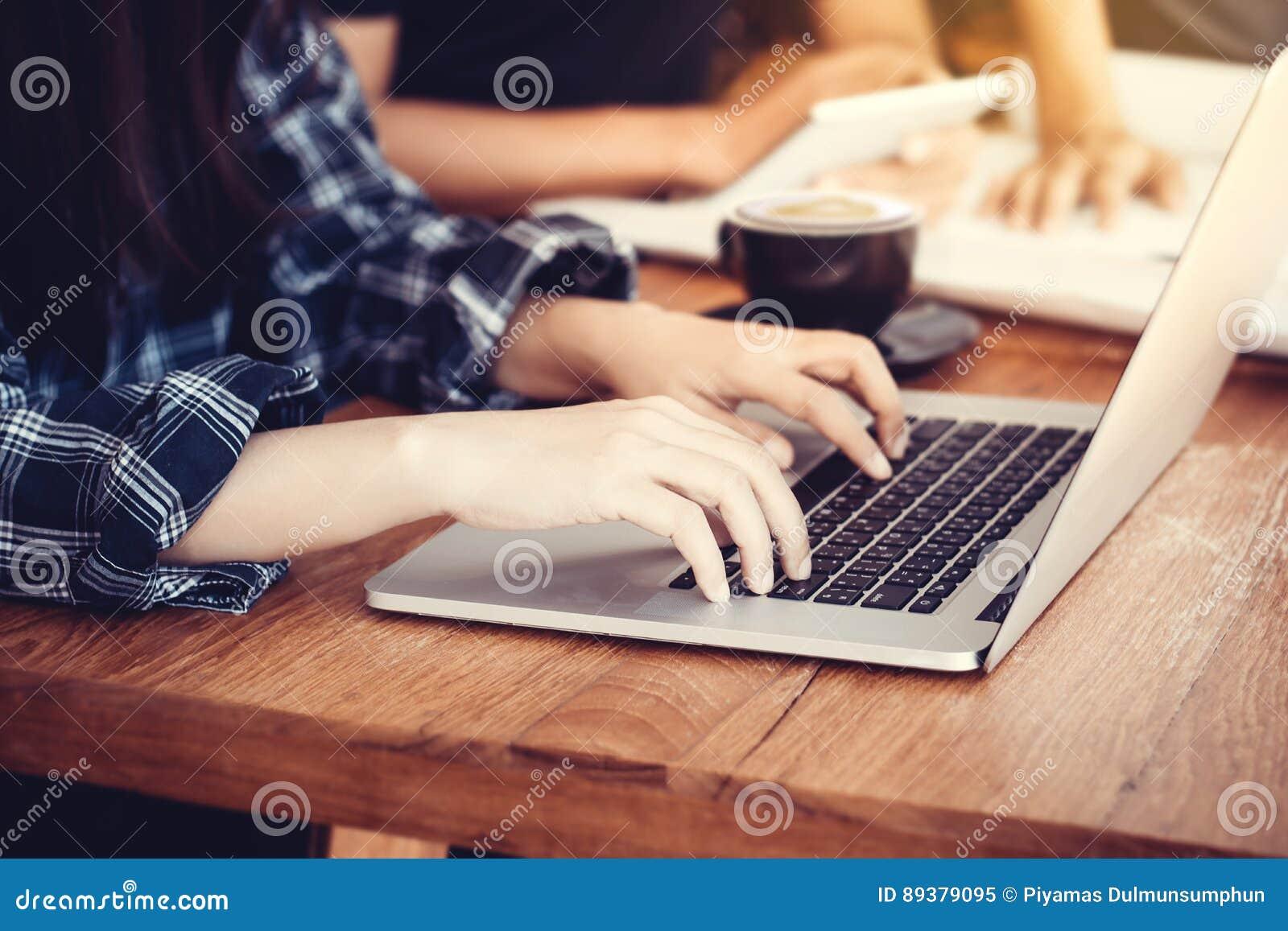 Η συνεδρίαση επιχειρηματιών στο γραφείο γραφείων και η δακτυλογράφηση σε ένα lap-top δίνουν κοντά επάνω, ανώνυμο πρόσωπο