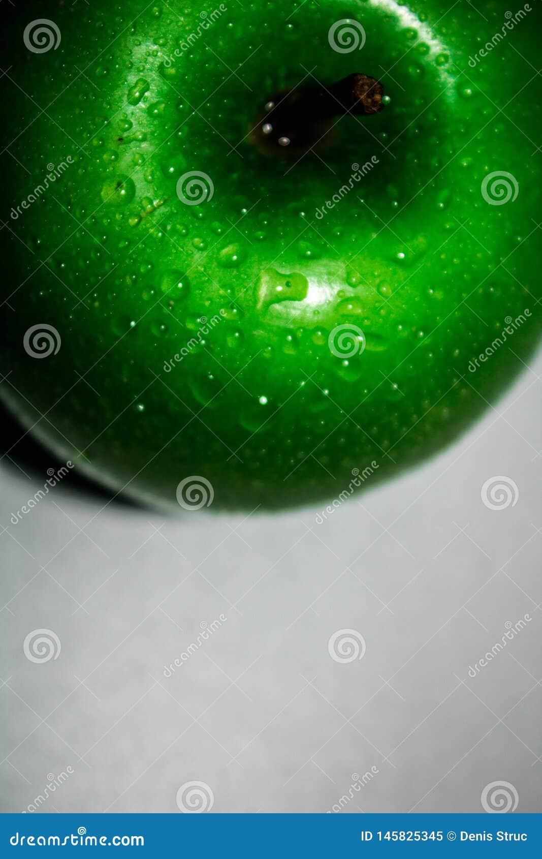 Η τέλεια φρέσκια πράσινη Apple που απομονώνεται στο άσπρο υπόβαθρο σε πλήρους βάθους του τομέα με το ψαλίδισμα της πορείας