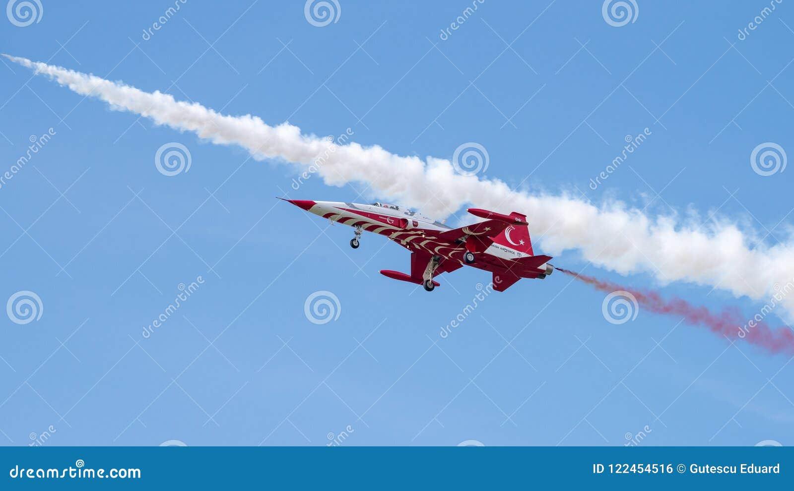 Η τουρκική aerobatic ομάδα αστεριών στο διεθνή αέρα του Βουκουρεστι ου παρουσιάζει