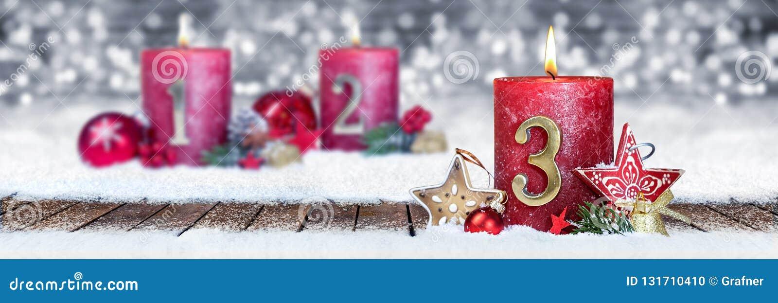 η τρίτη Κυριακή του κόκκινου κεριού εμφάνισης με το χρυσό αριθμό μετάλλων ένας στις ξύλινες σανίδες στο μέτωπο χιονιού του ασημέν