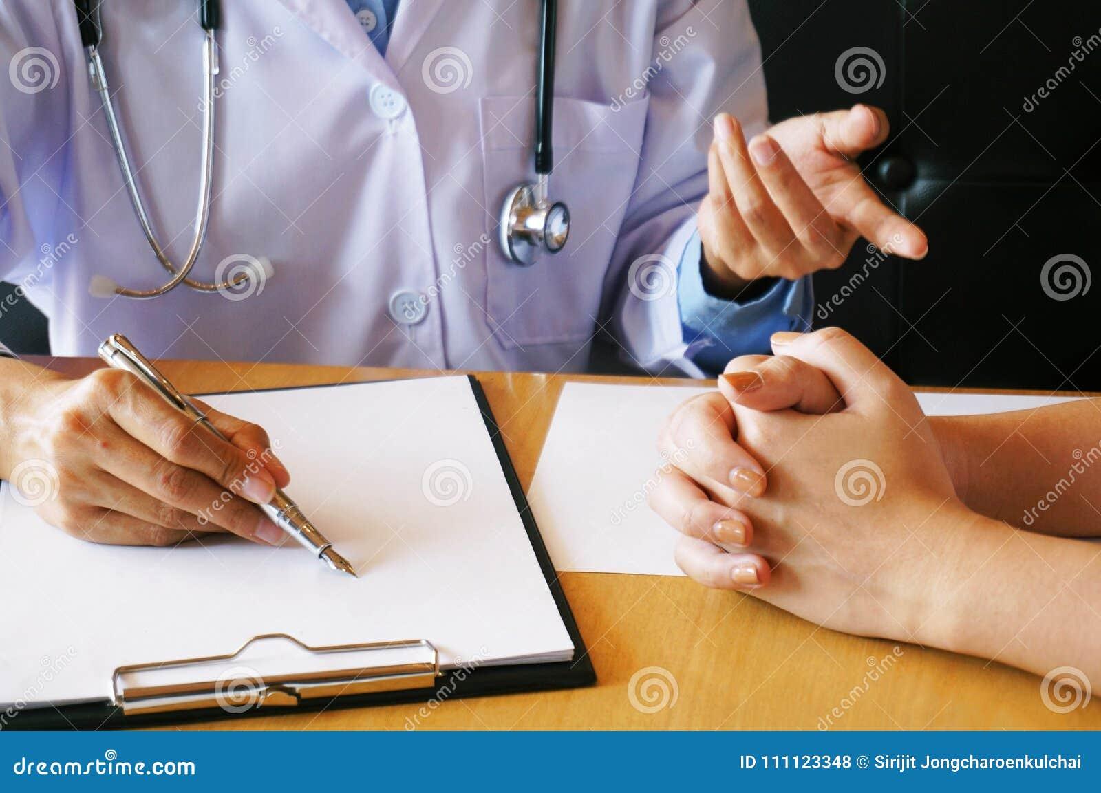η υγεία προσοχής όπλων απομόνωσε τις καθυστερήσεις Επαγγελματικός ιατρός στην άσπρη ομοιόμορφη εσθήτα γ
