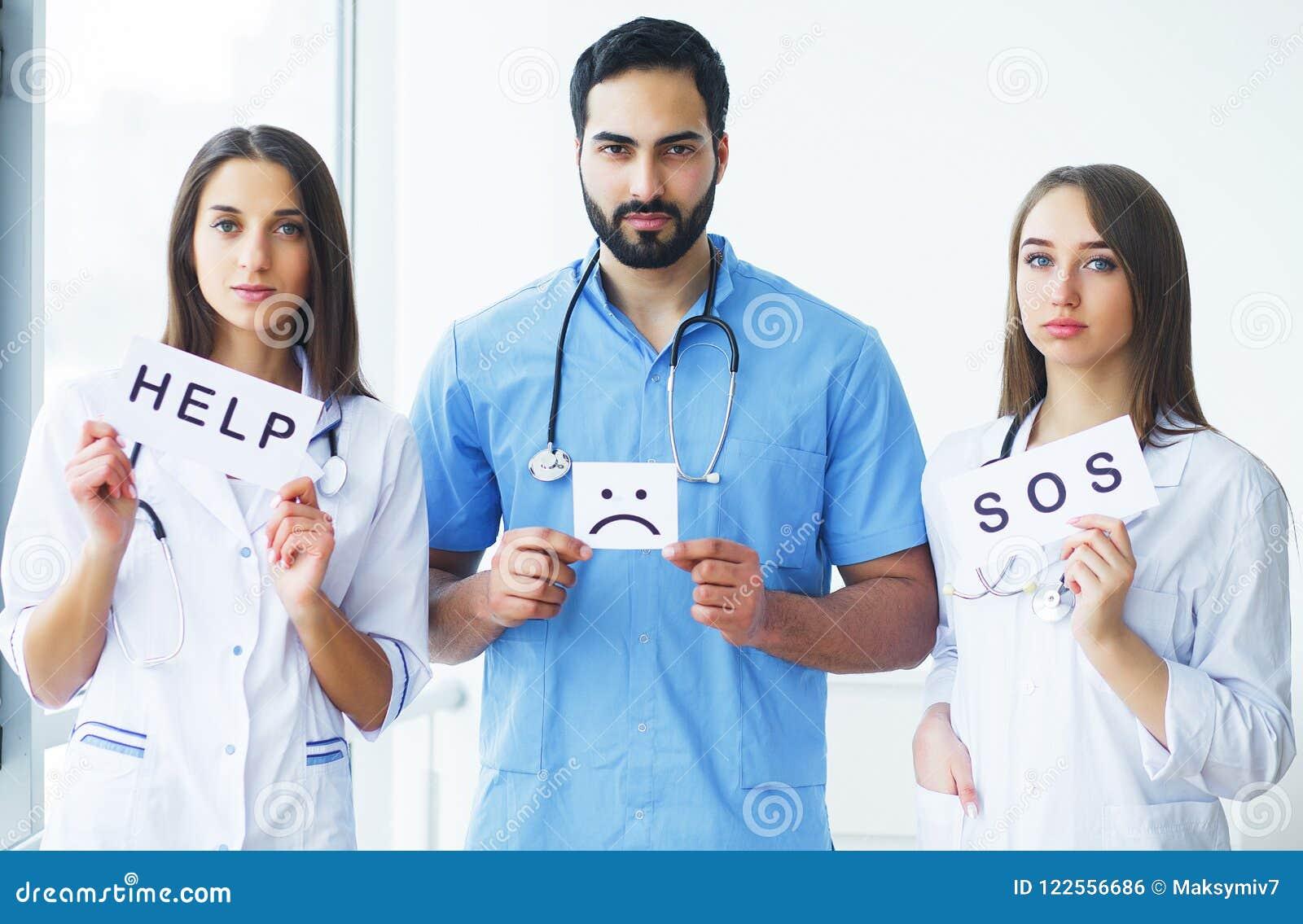 η υγεία προσοχής όπλων απομόνωσε τις καθυστερήσεις Επιγραφές εκμετάλλευσης ιατρικής ομάδας για τη βοήθεια στο Χ