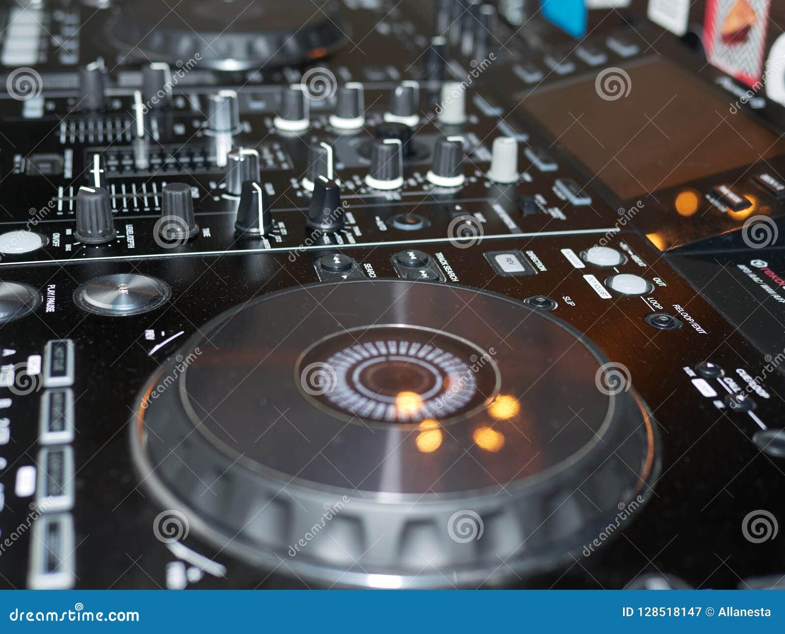 Η υγιής λεπτομέρεια κονσολών μίξης, κλείνει επάνω Επαγγελματική κονσόλα μουσικής του DJ Ευρεία φωτογραφία γωνίας του μαύρου υγιού