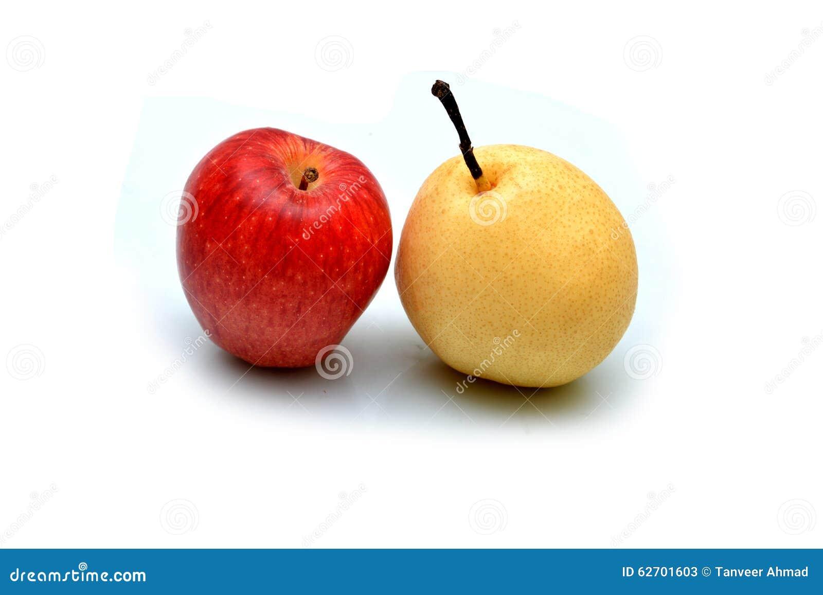 Η φρέσκα Apple και αχλάδι που απομονώνονται στο λευκό