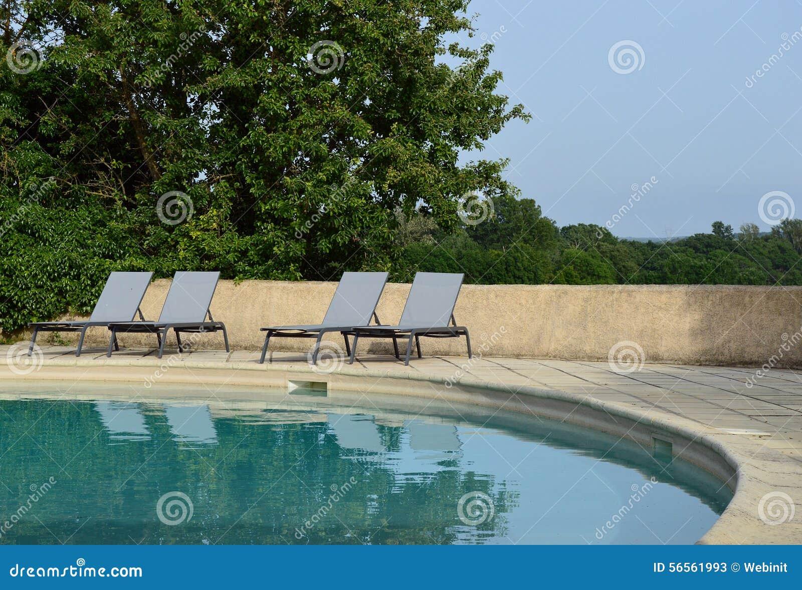 Download Η χαλάρωση προεδρεύει κοντά στην πισίνα Στοκ Εικόνα - εικόνα από leisure, πετσέτα: 56561993