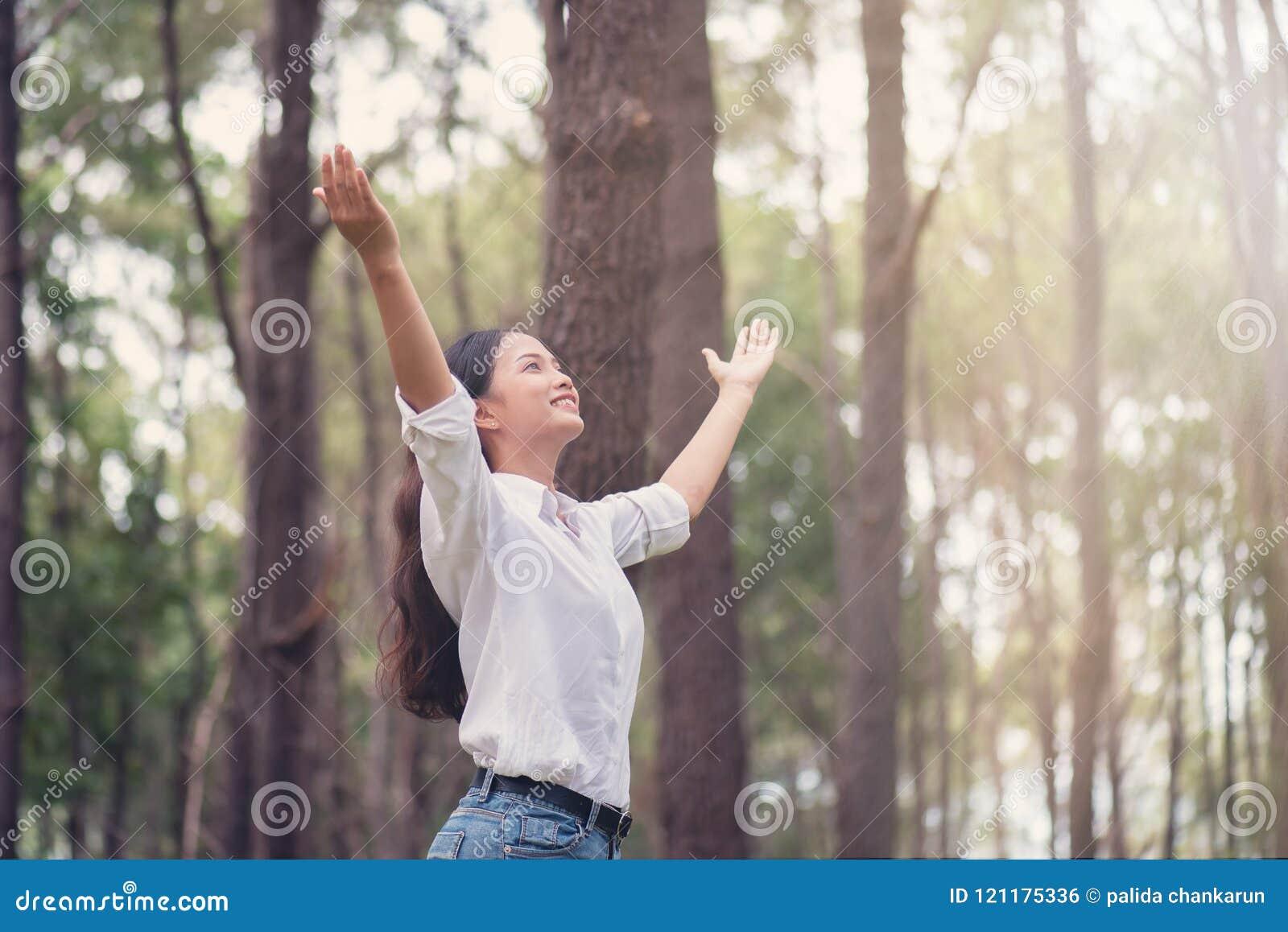 Η χριστιανική λατρεία με αυξημένος παραδίδει τη δασική, ευτυχή γυναίκα de πεύκων