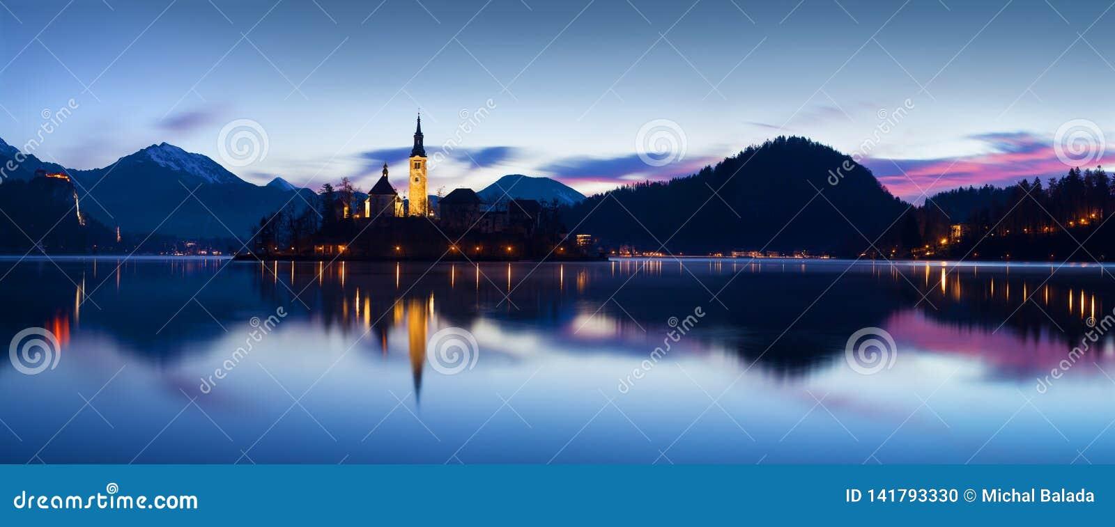 Η όμορφη άποψη του διάσημου αιμορραγημένου νησιού με την καθολική εκκλησία στη φυσική λίμνη αιμορράγησε με το αιμορραγημένο Castl
