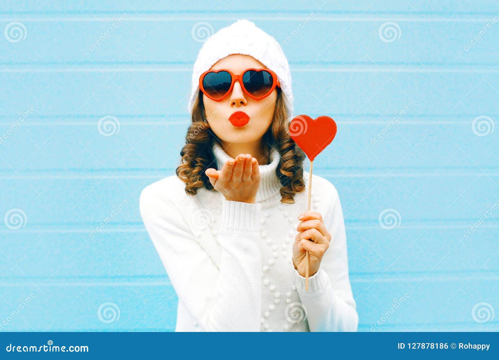 7267ee3625e Η όμορφη γυναίκα πορτρέτου που φυσά τα κόκκινα χείλια στέλνει το ...