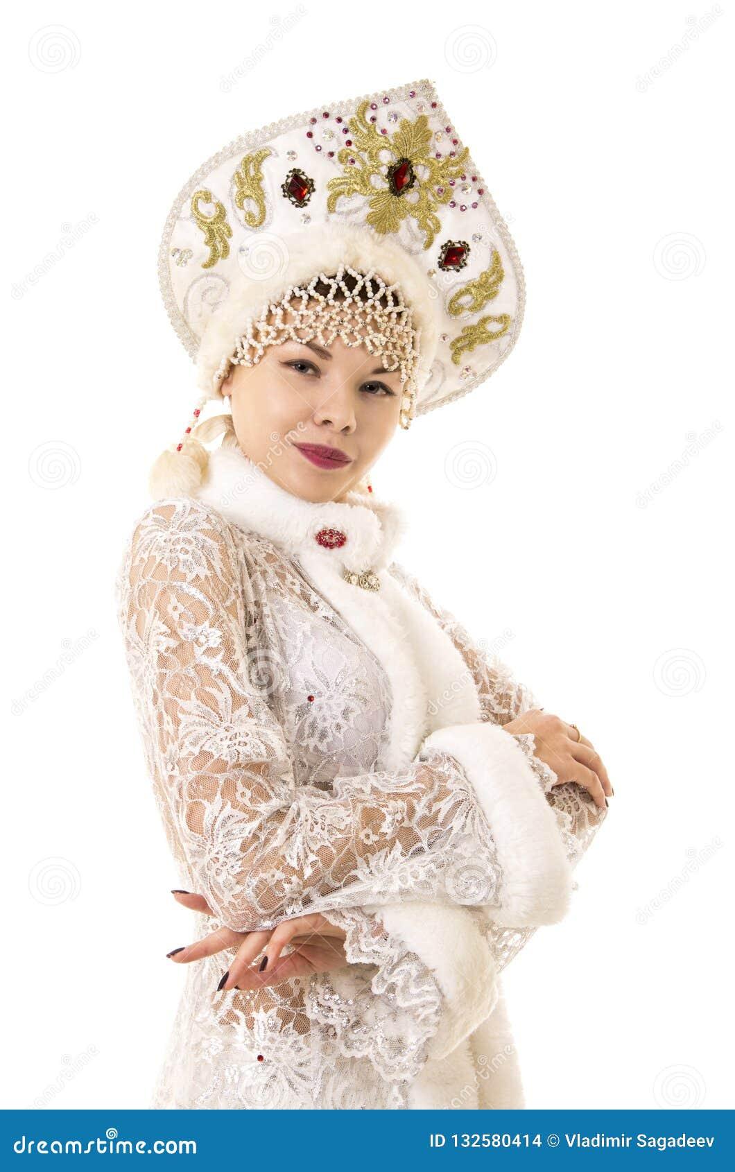 Η όμορφη, ευτυχής, συναισθηματική νέα γυναίκα έντυσε όπως το χαμόγελο Άγιου Βασίλη Χριστούγεννο-νέο έτος καρναβάλι
