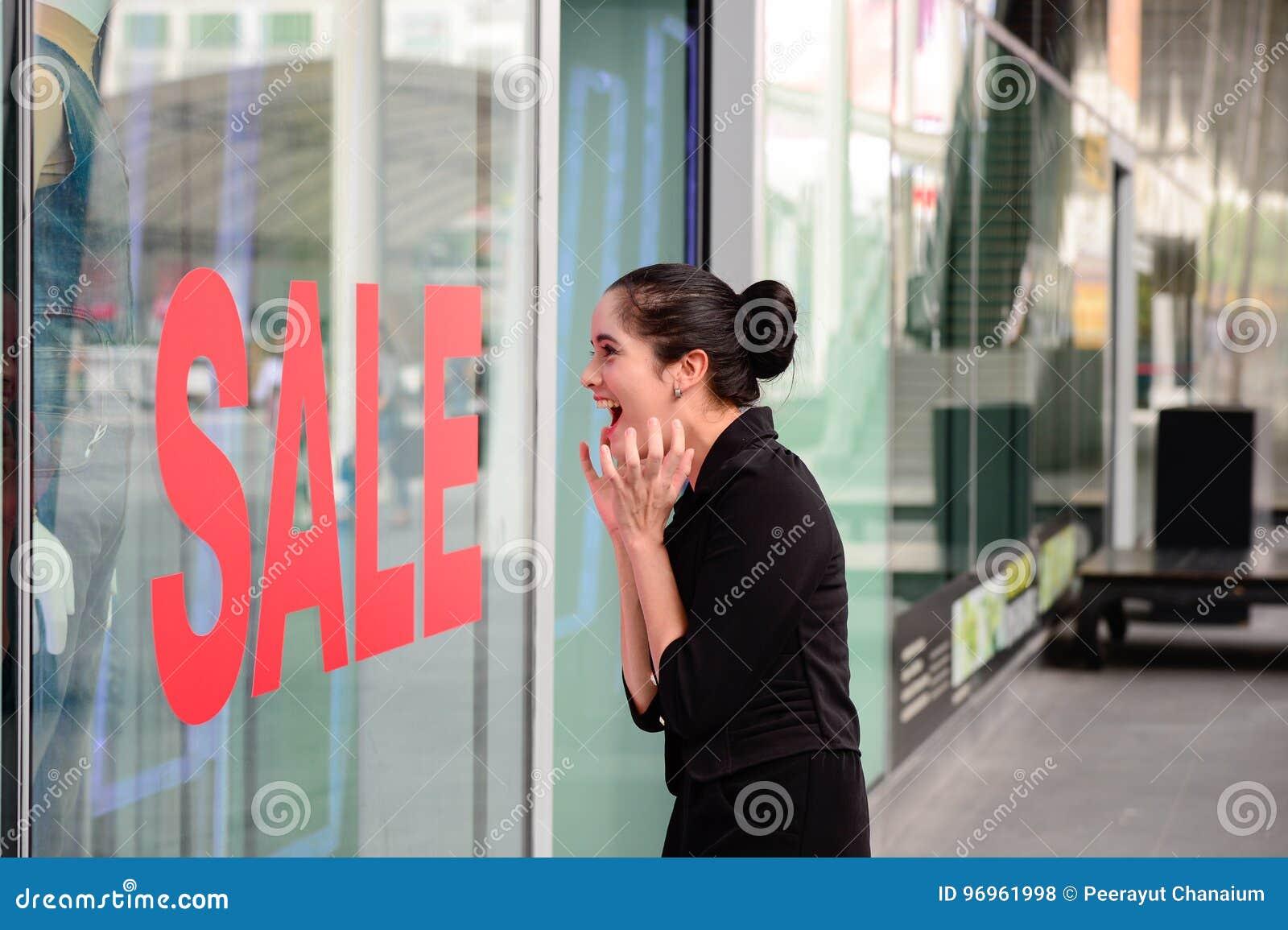Η όμορφη καυκάσια γυναίκα διέγειρε όταν δείτε τη τιμή στη μόδα ιματισμού πώλησης στο κατάστημα