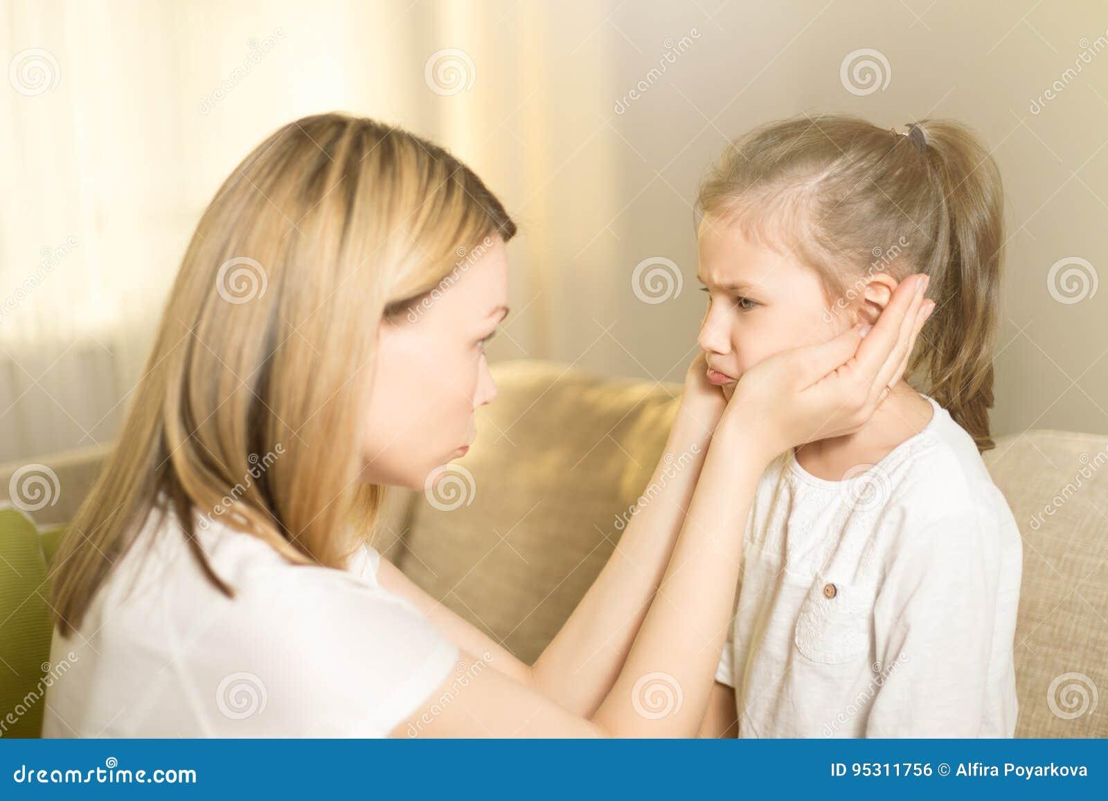 Η όμορφη μητέρα ανακουφίζει τη νέα ματαιωμένη κόρη του