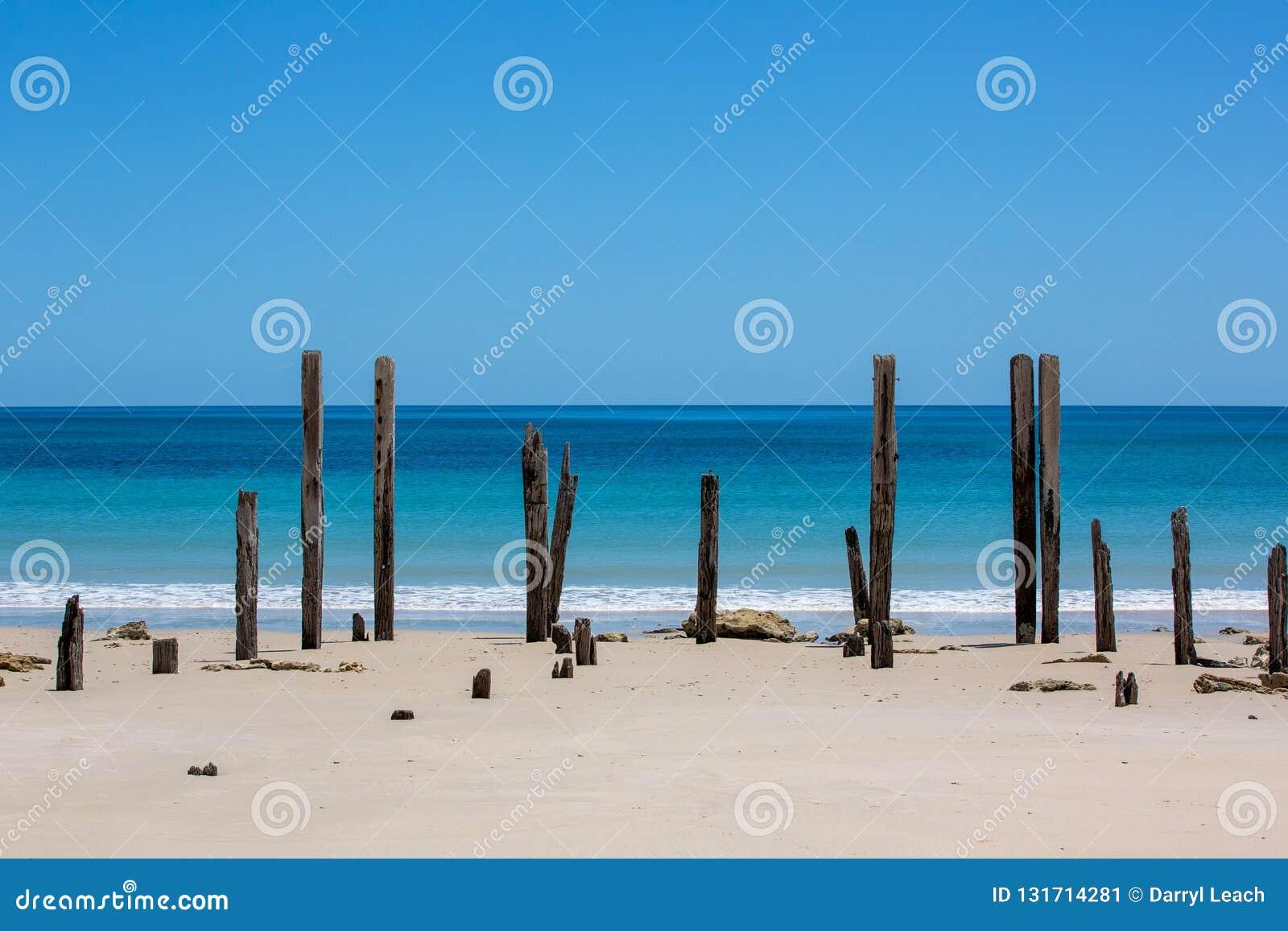 Η όμορφη παραλία Willunga λιμένων και οι εικονικές καταστροφές λιμενοβραχιόνων με τα τυρκουάζ νερά μια ήρεμη ηλιόλουστη ημέρα στι
